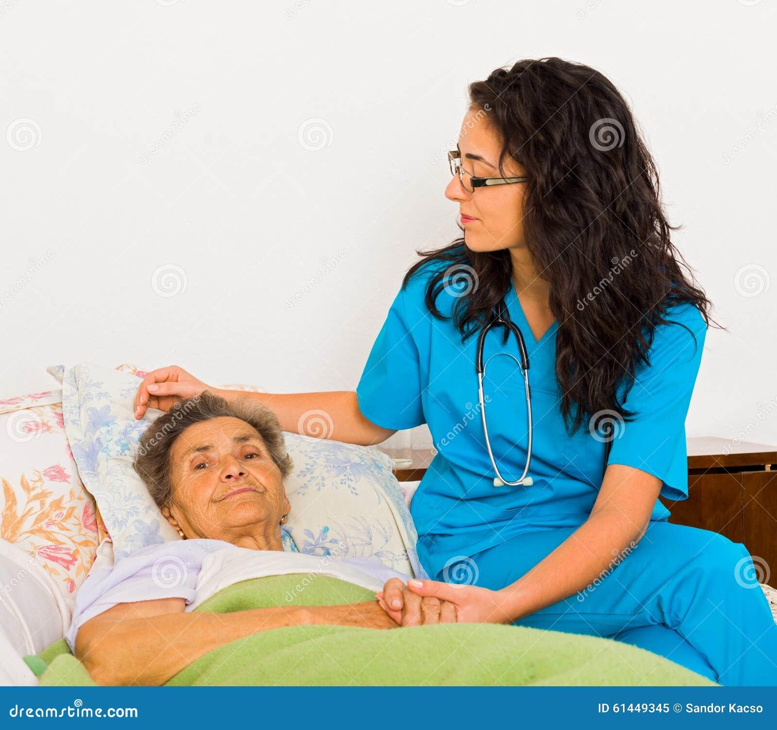 Медсестра заботя для старших пациентов