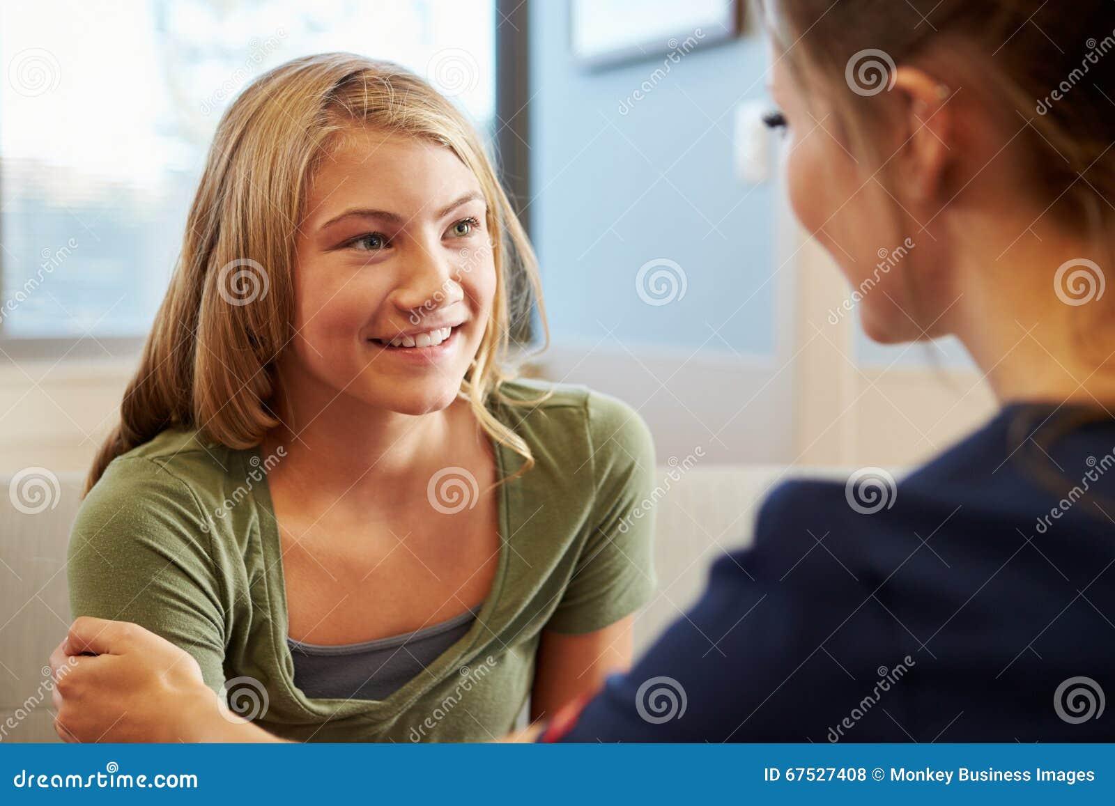 Медсестра обрабатывая девочка-подросток страдая с депрессией