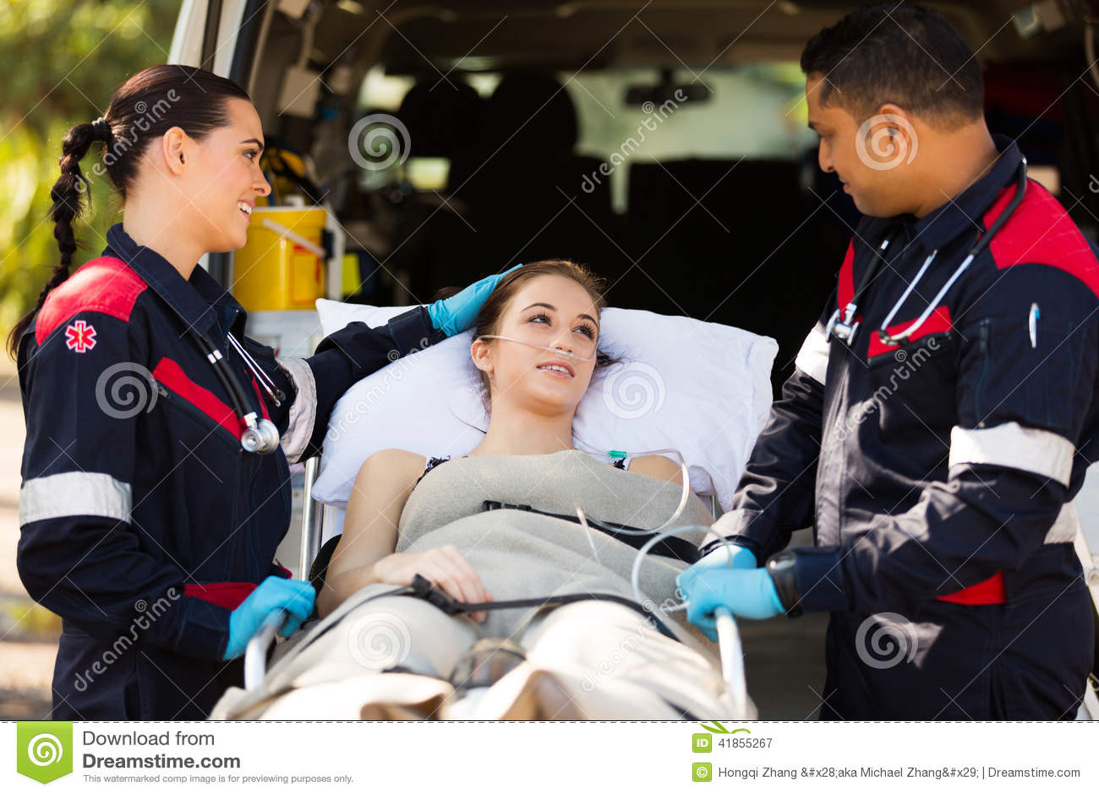 Медсотрудник утешая пациента