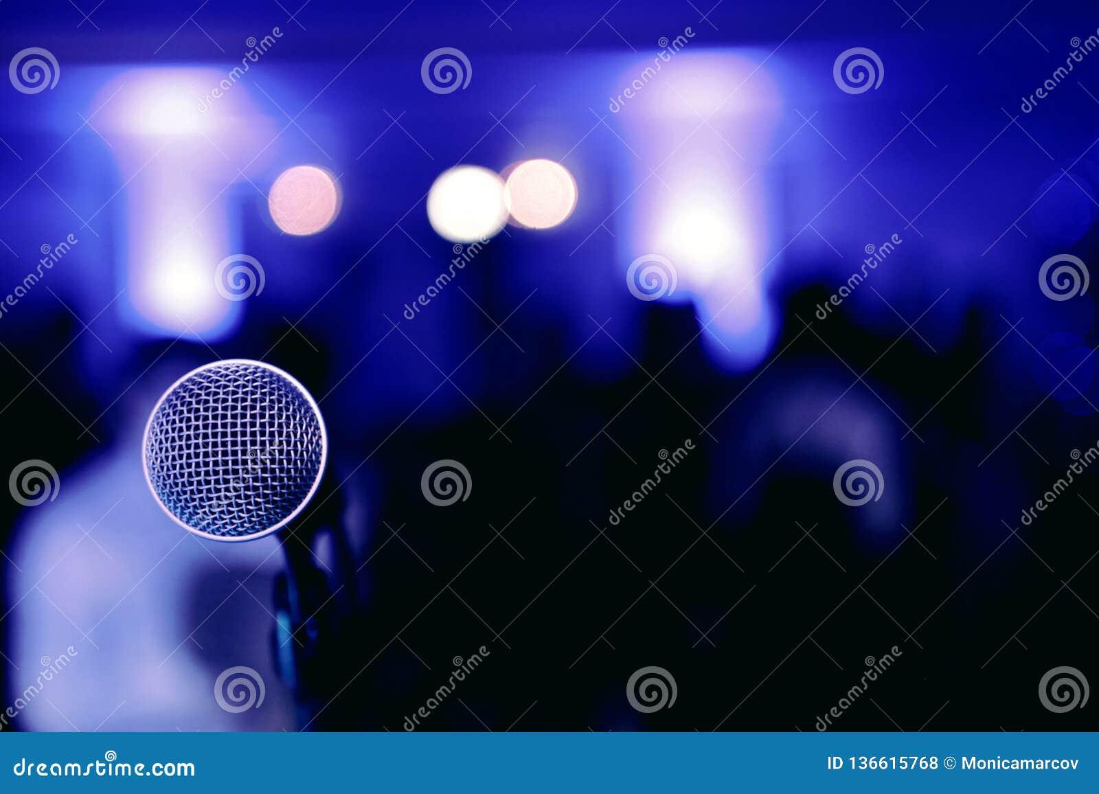Микрофон на этапе перед концертом на голубой запачканной предпосылке