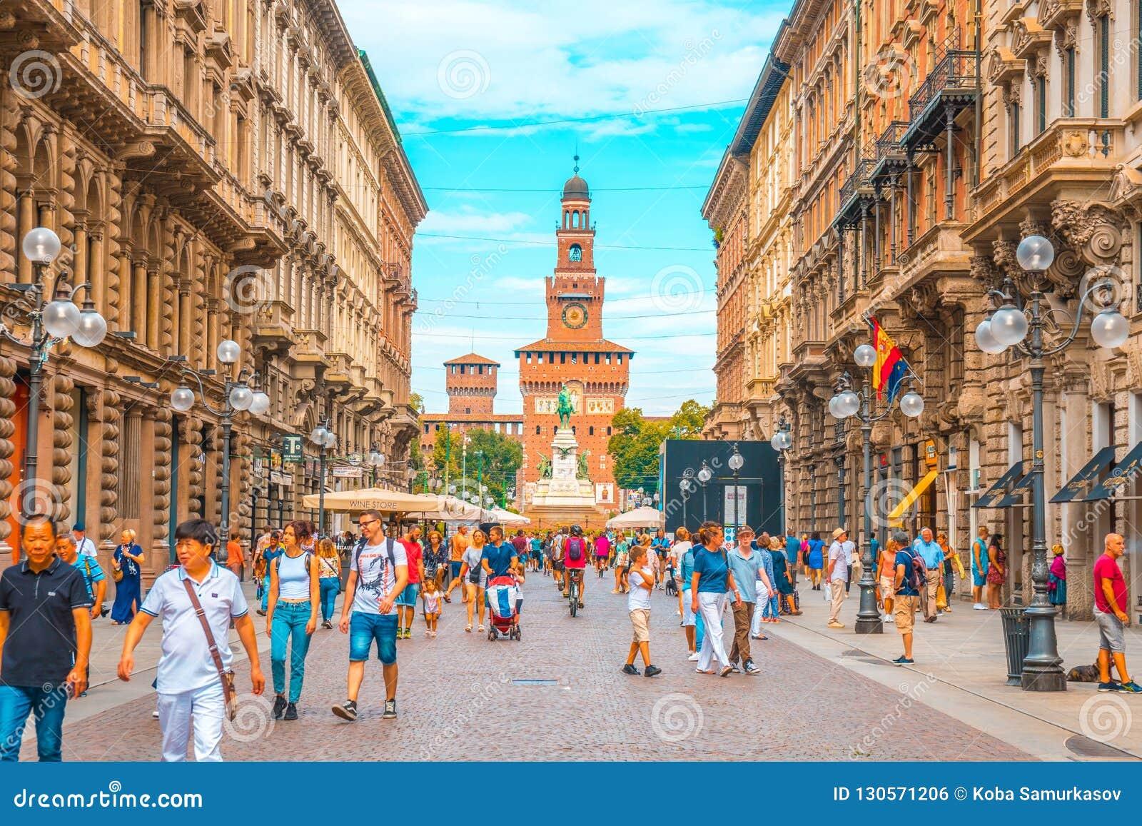 Милан, Италия - 14 08 2018: Люди идя дальше через улицу Dante внутри