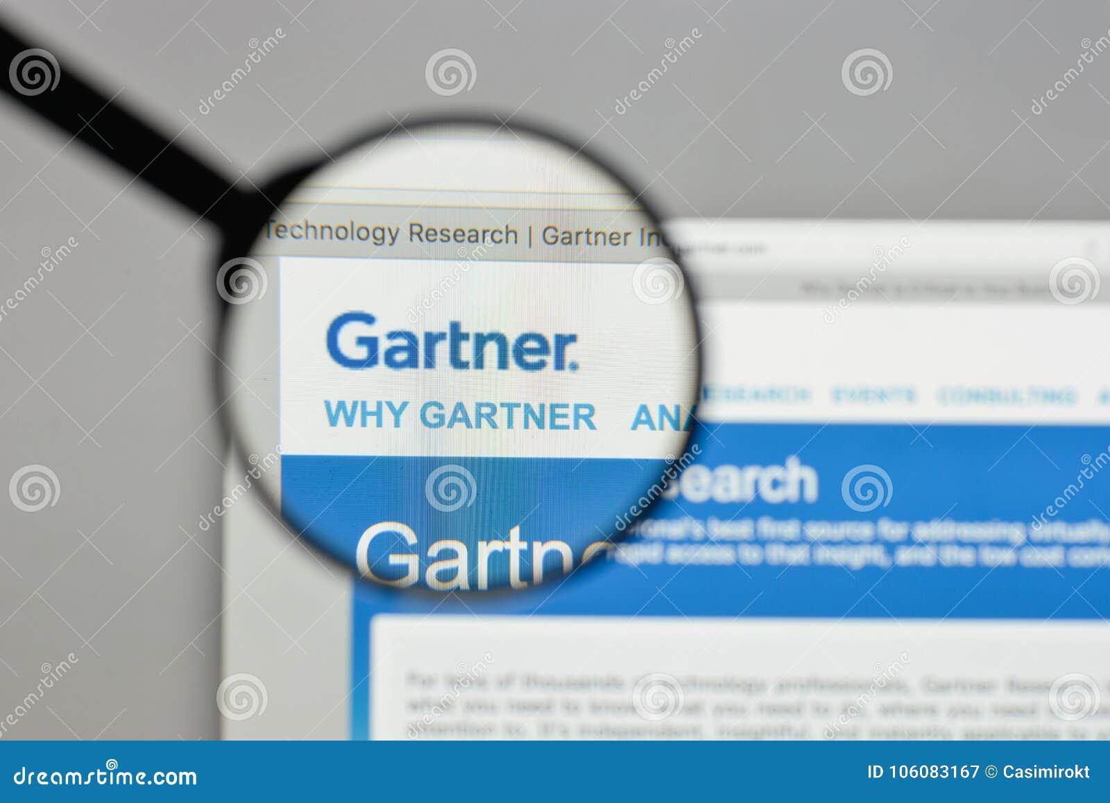 Милан, Италия - 10-ое августа 2017: Логотип Gartner на доме вебсайта