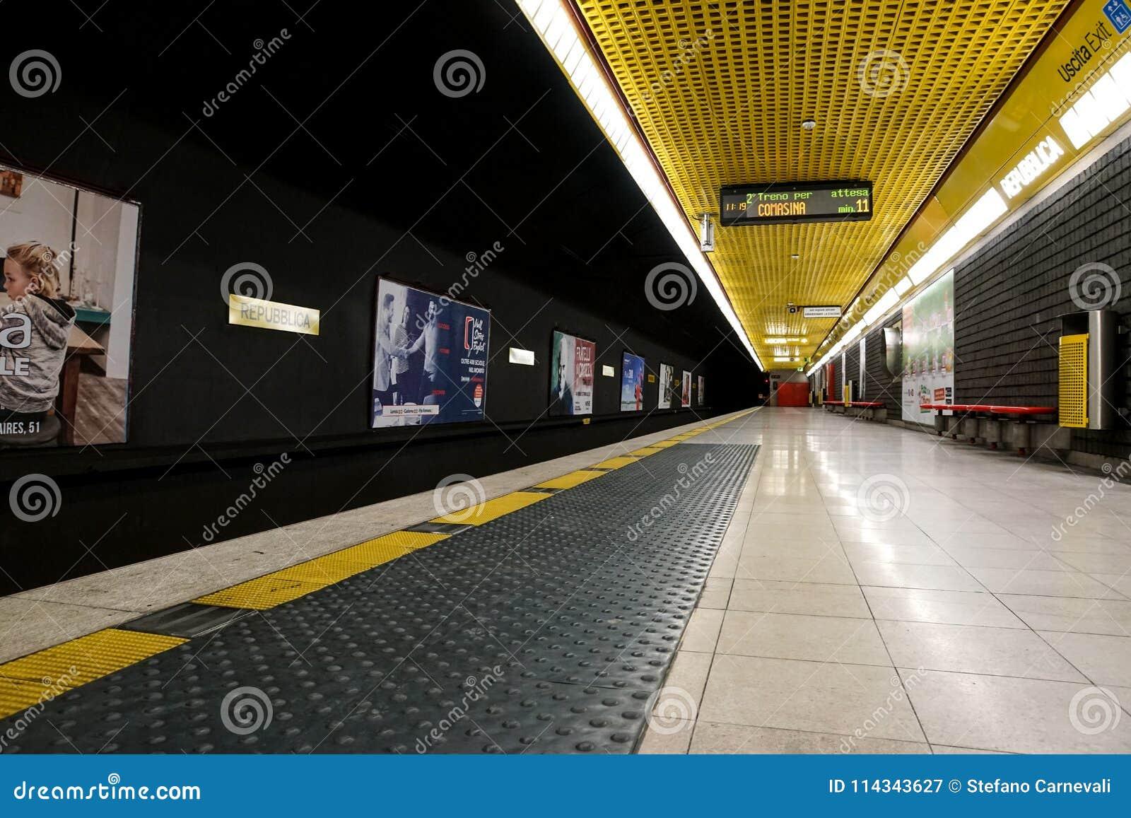 МИЛАН, ИТАЛИЯ - 28-ОЕ ДЕКАБРЯ 2017: Подземная платформа Porta Romana станции метро в милане