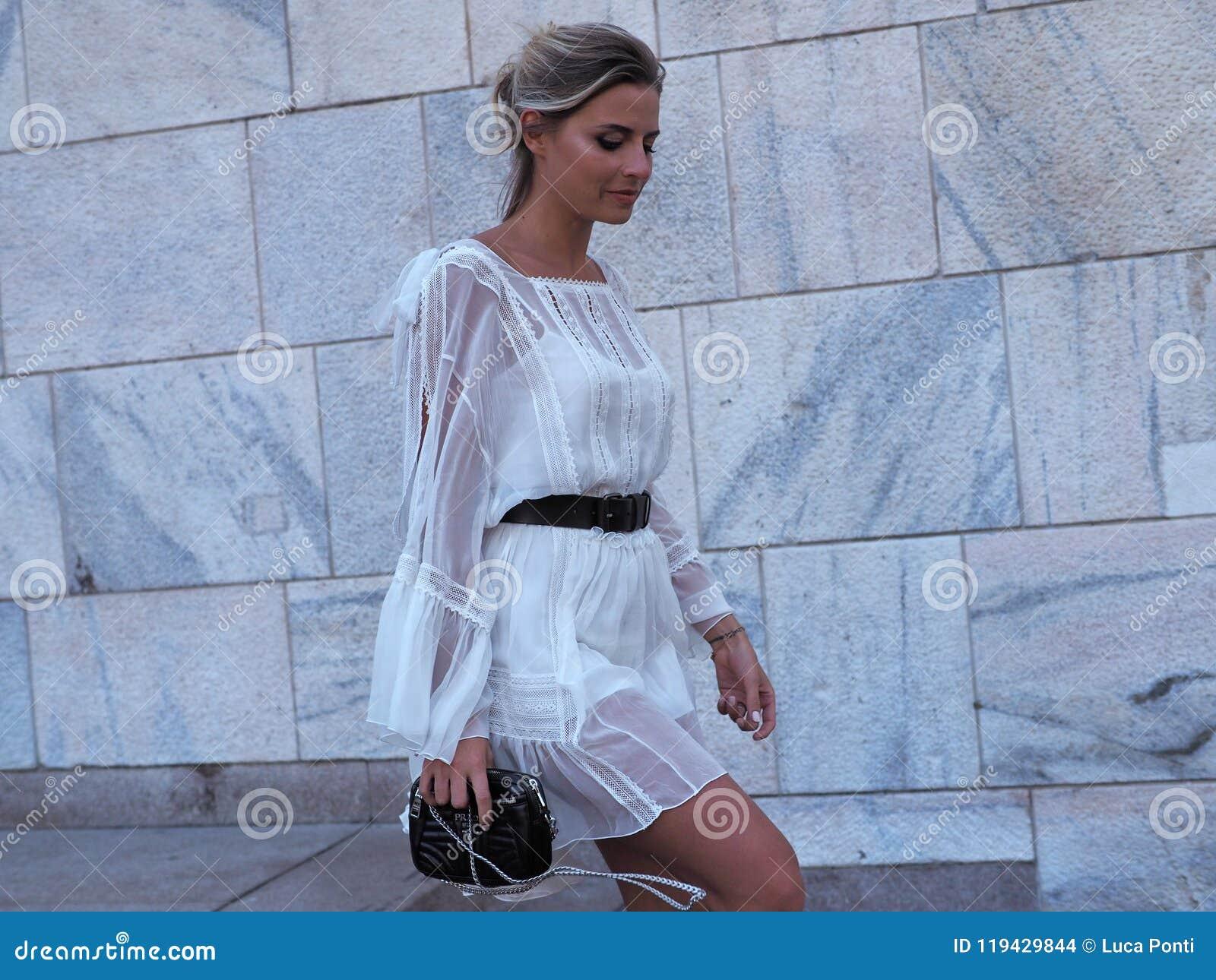 МИЛАН, ИТАЛИЯ - 15-ОЕ ИЮНЯ 2018: Вероника Ferrero представляя для фотографов в улице после модного парада АЛЬБЕРТЫ FERRETTI
