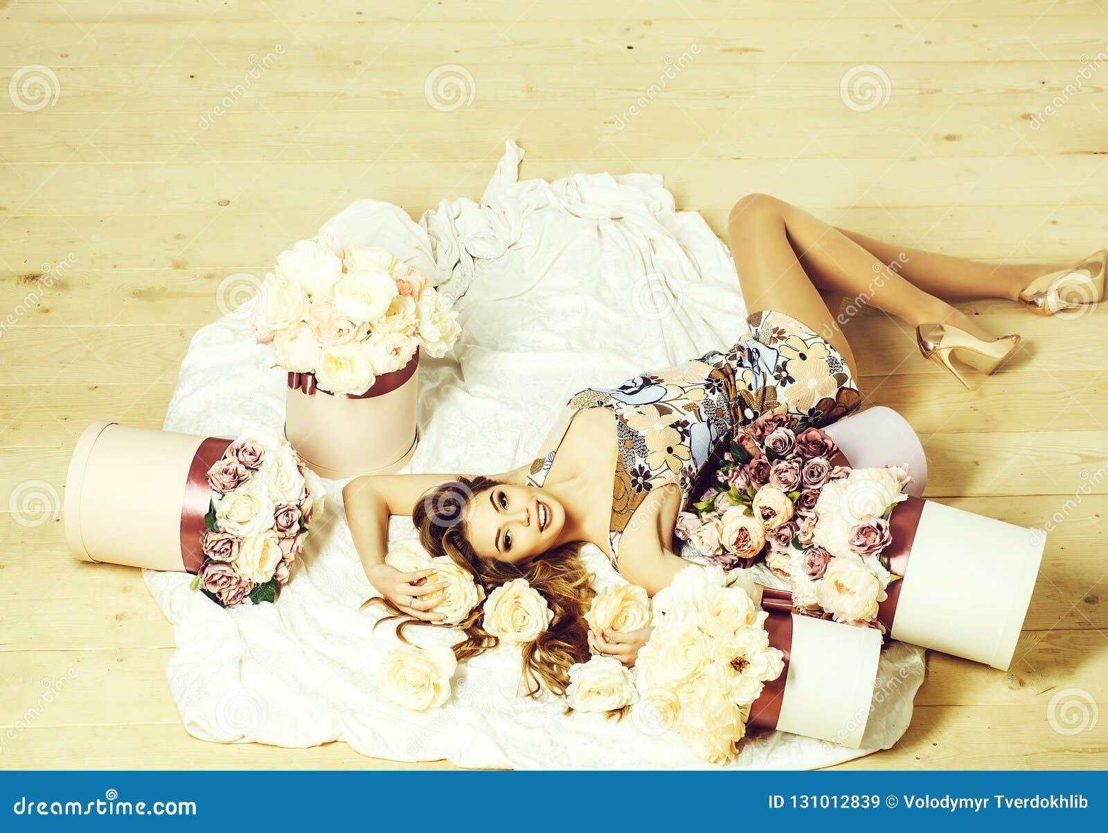 Милая девушка в букетах цветков