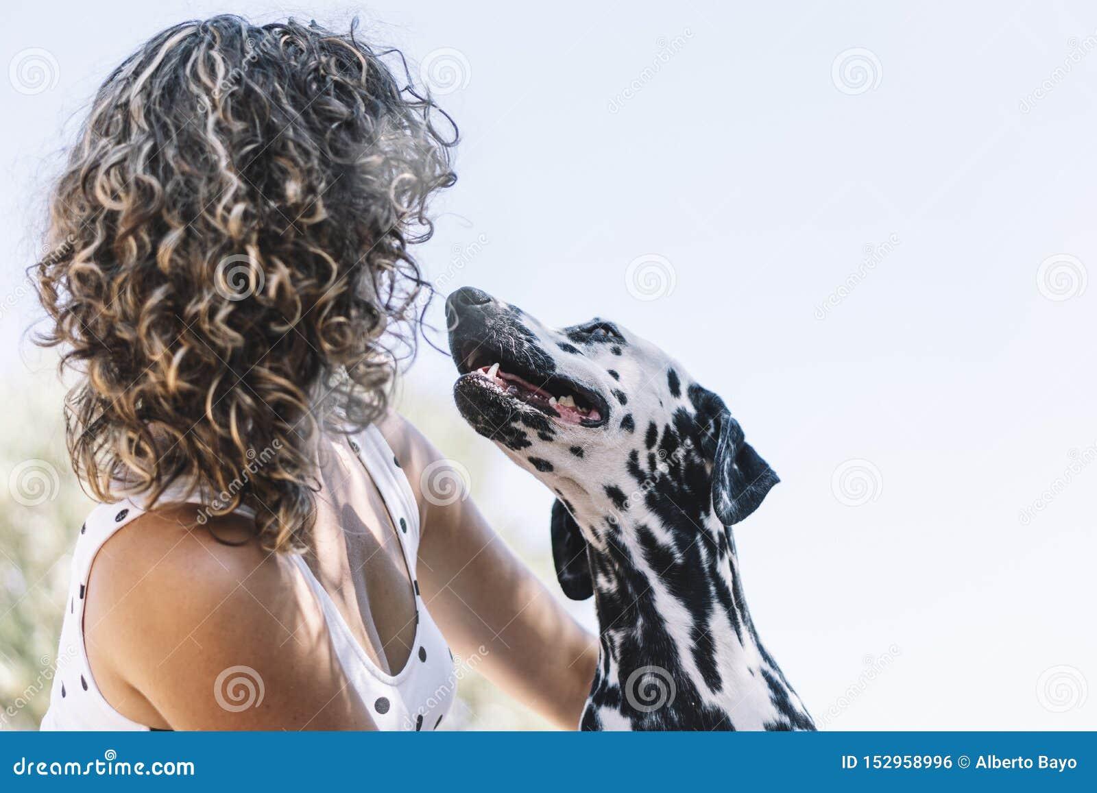 Милая девушка и счастливая далматинская собака
