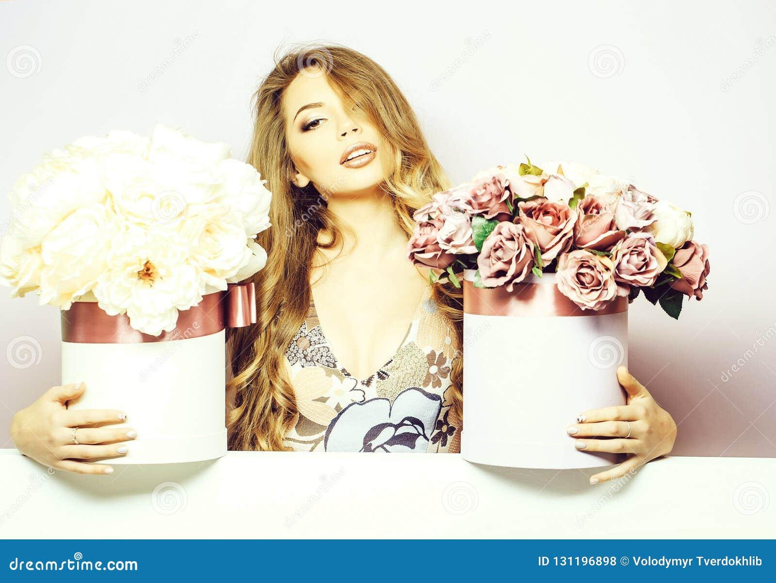 Милая девушка с коробками цветка