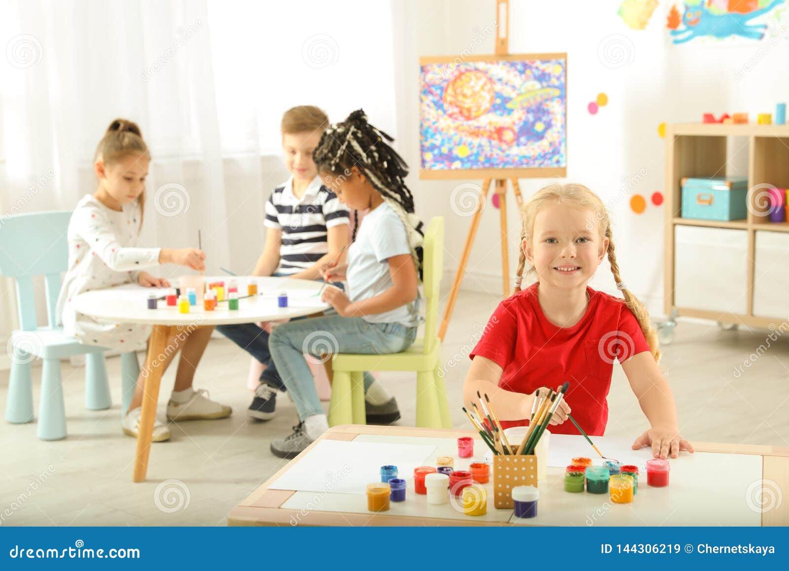 Милая картина маленьких детей на уроке