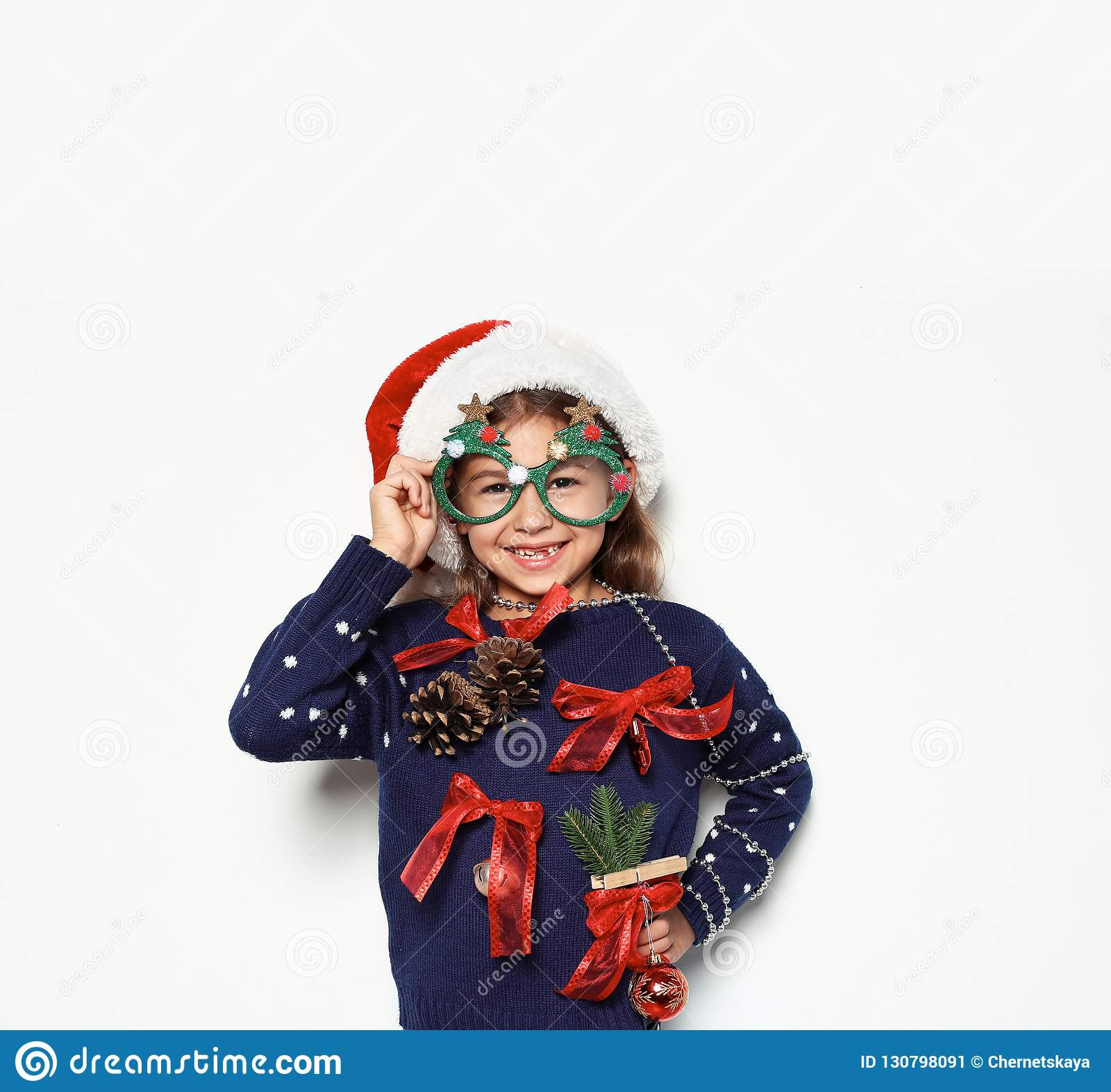 Милая маленькая девочка в handmade свитере рождества
