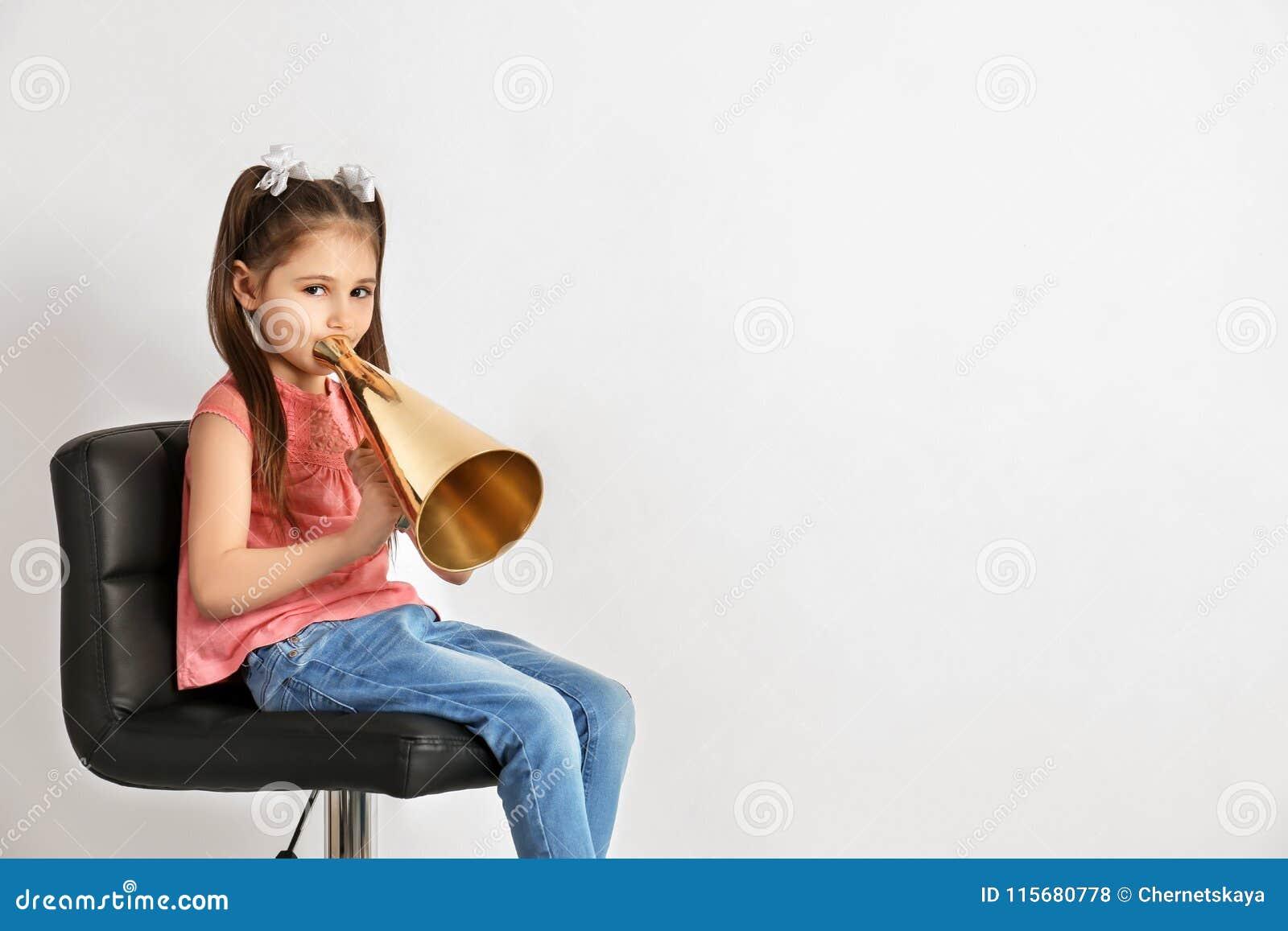 Милая маленькая девочка с мегафоном
