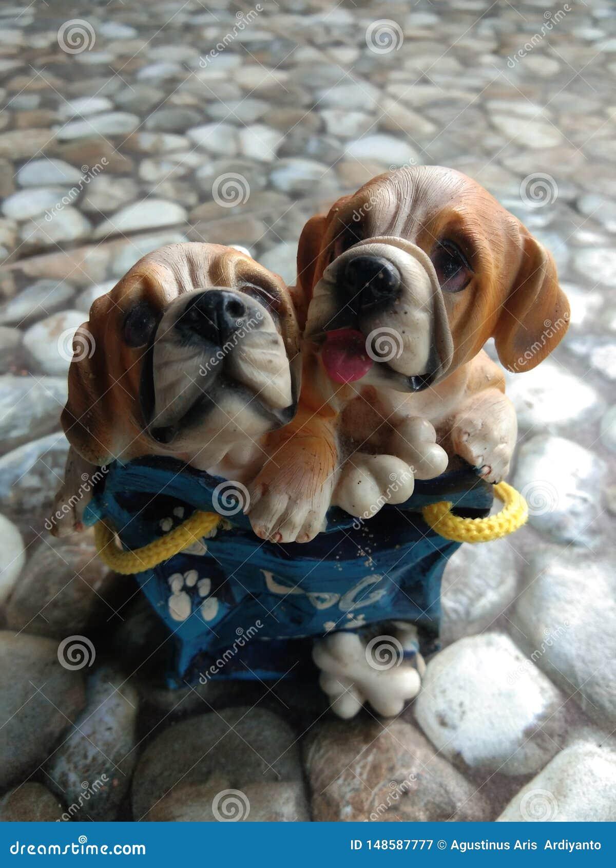милая статуя в форме собаки
