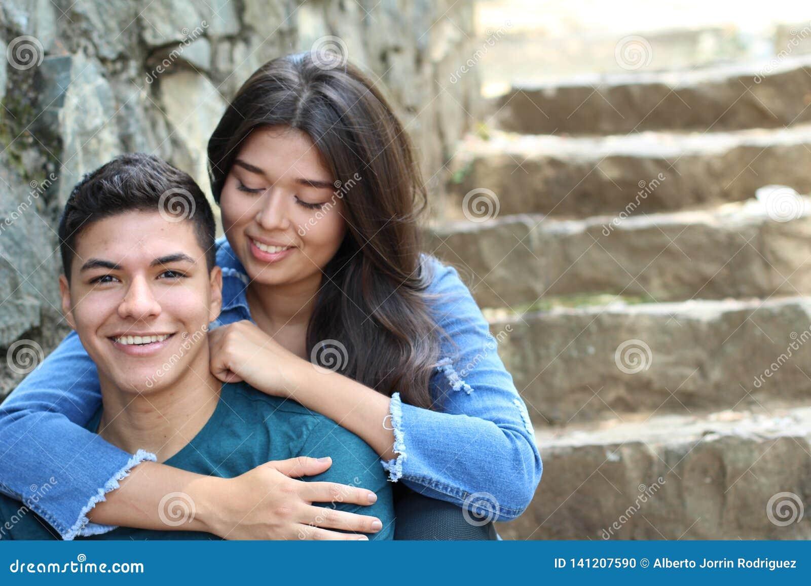 Милые романтичные молодые этнические пары