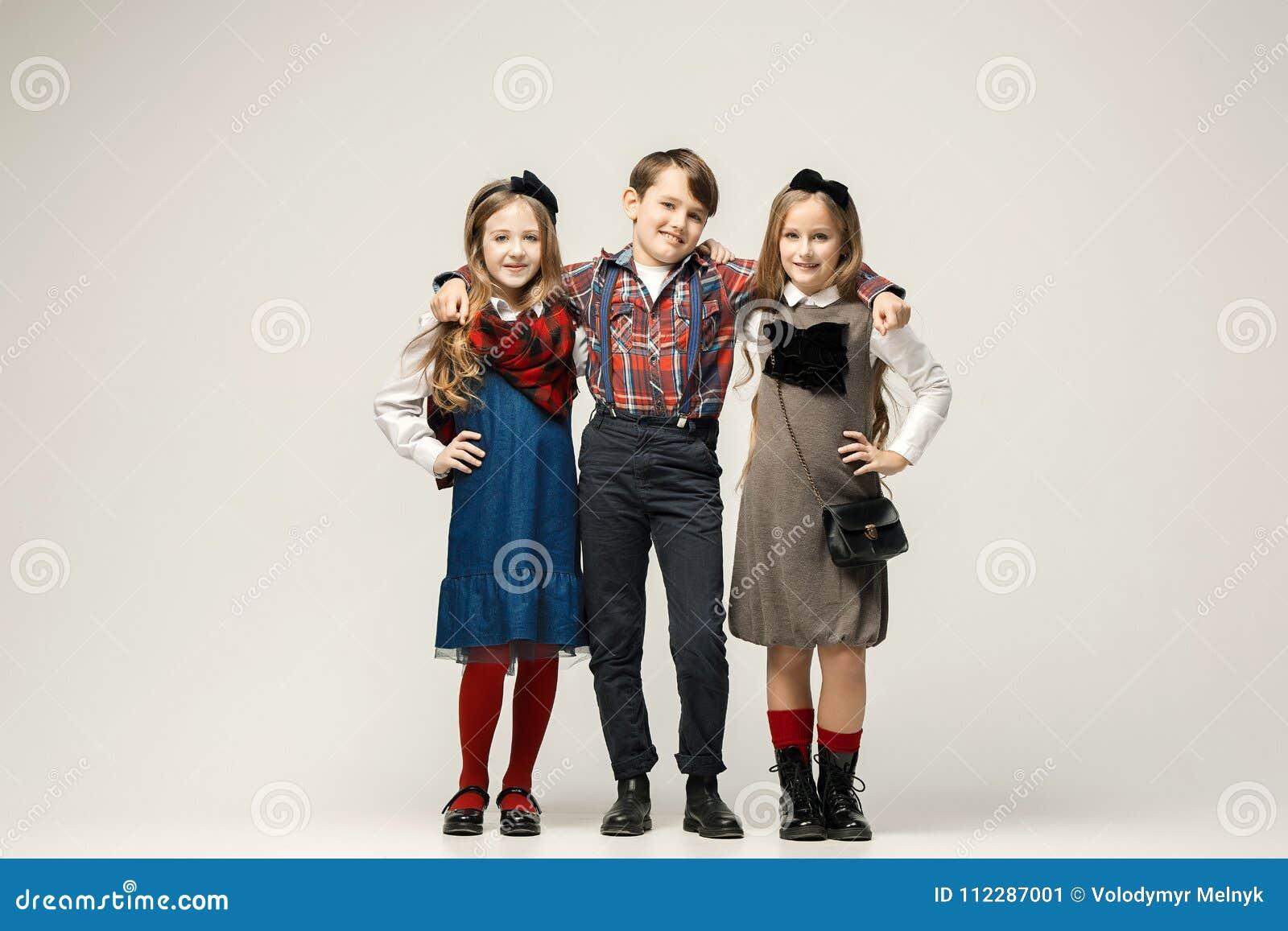 Две красивые девушки и один парень, фото женских кис просмотр