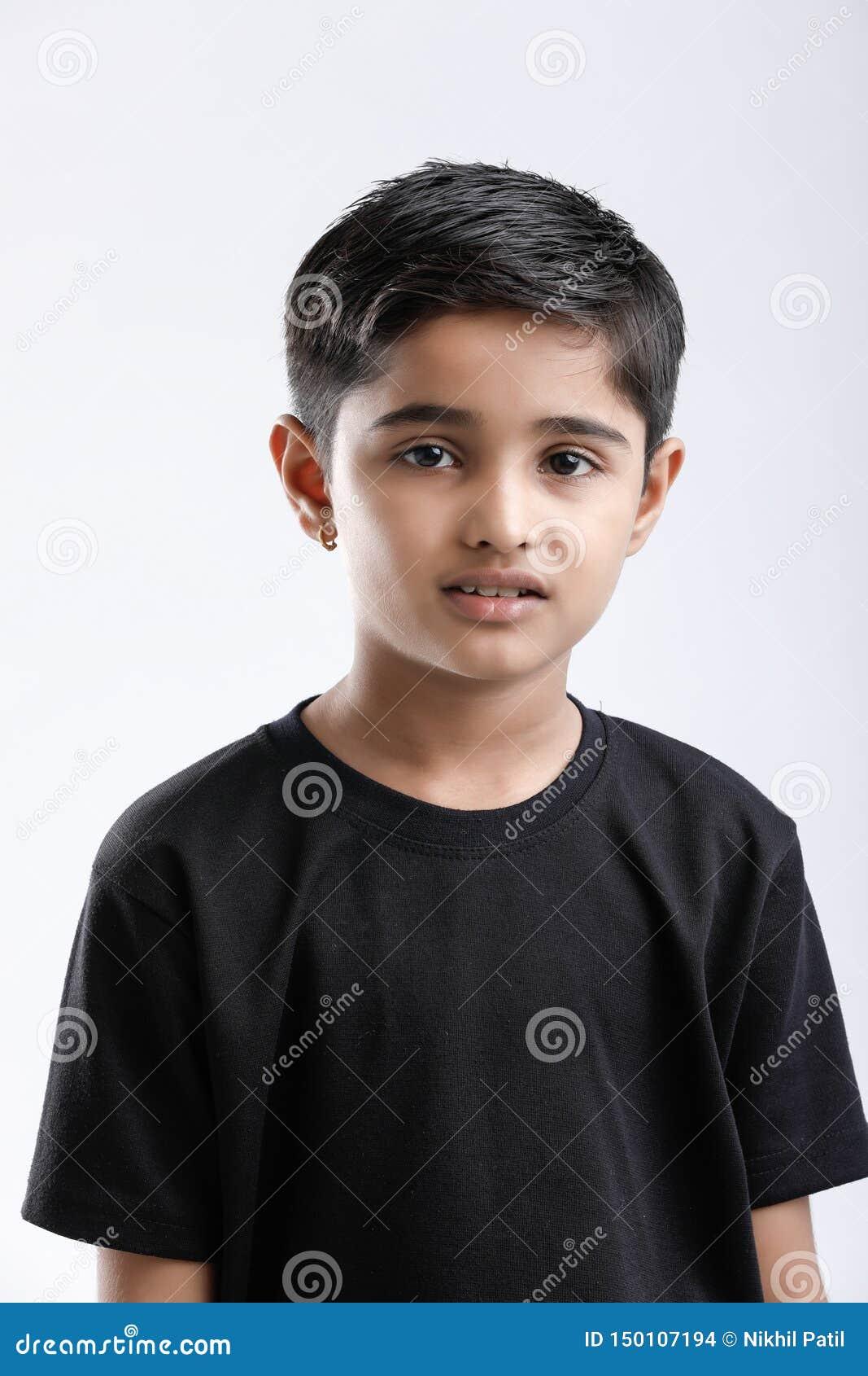 Милый индийский мальчик давая множественное выражение