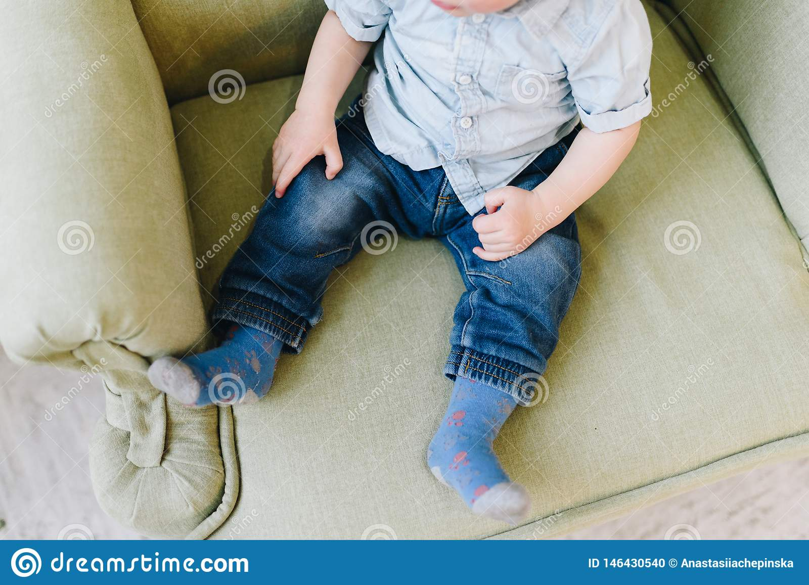 Милый маленький мальчик малыша сидя в кресле