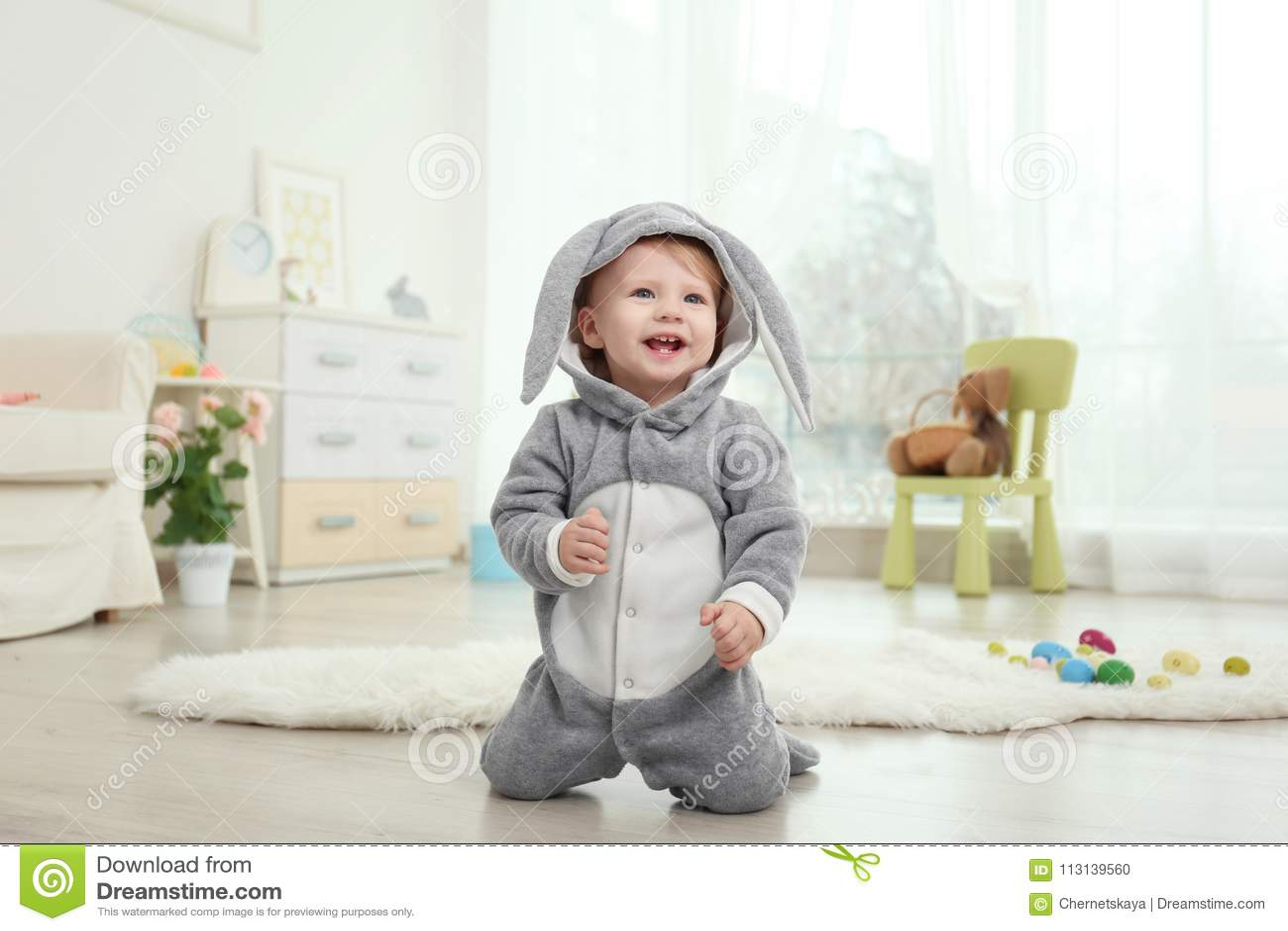 Милый маленький младенец в костюме зайчика