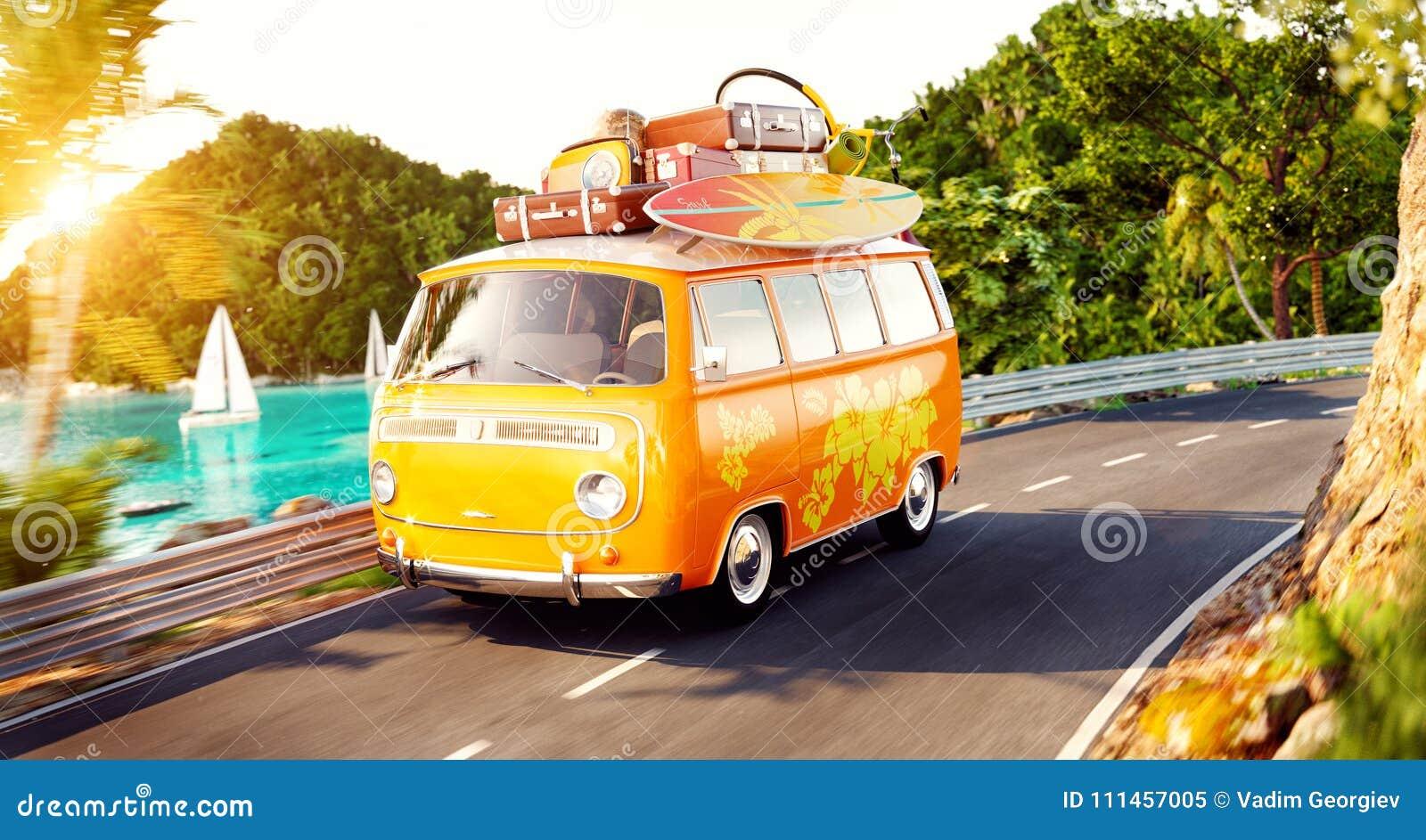 Милый маленький ретро автомобиль с чемоданами и прибоем на верхней части идет дорогой