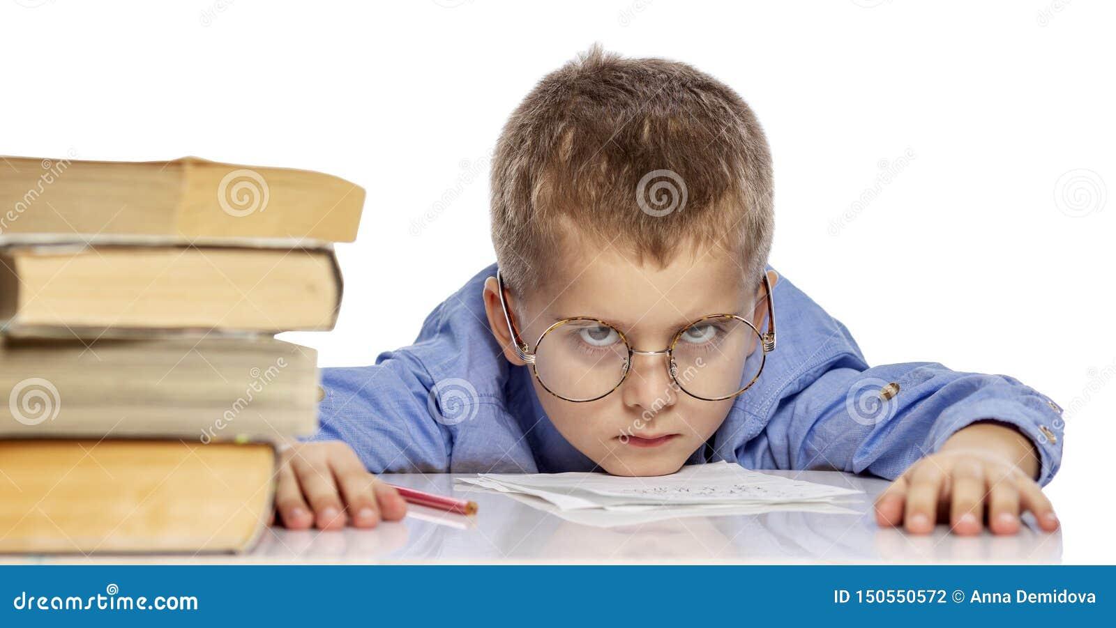 Милый мальчик в стеклах школьного возраста уставший учить Я повиснул мою голову на учебниках : o