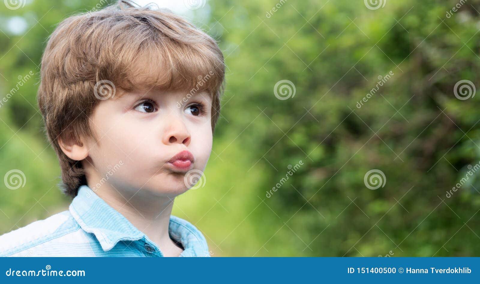 Милый поцелуй Ребенок с жестом значка поцелуя Мальчик сделал смешные губы preschooler Любовь и семья Удивленный ребенок