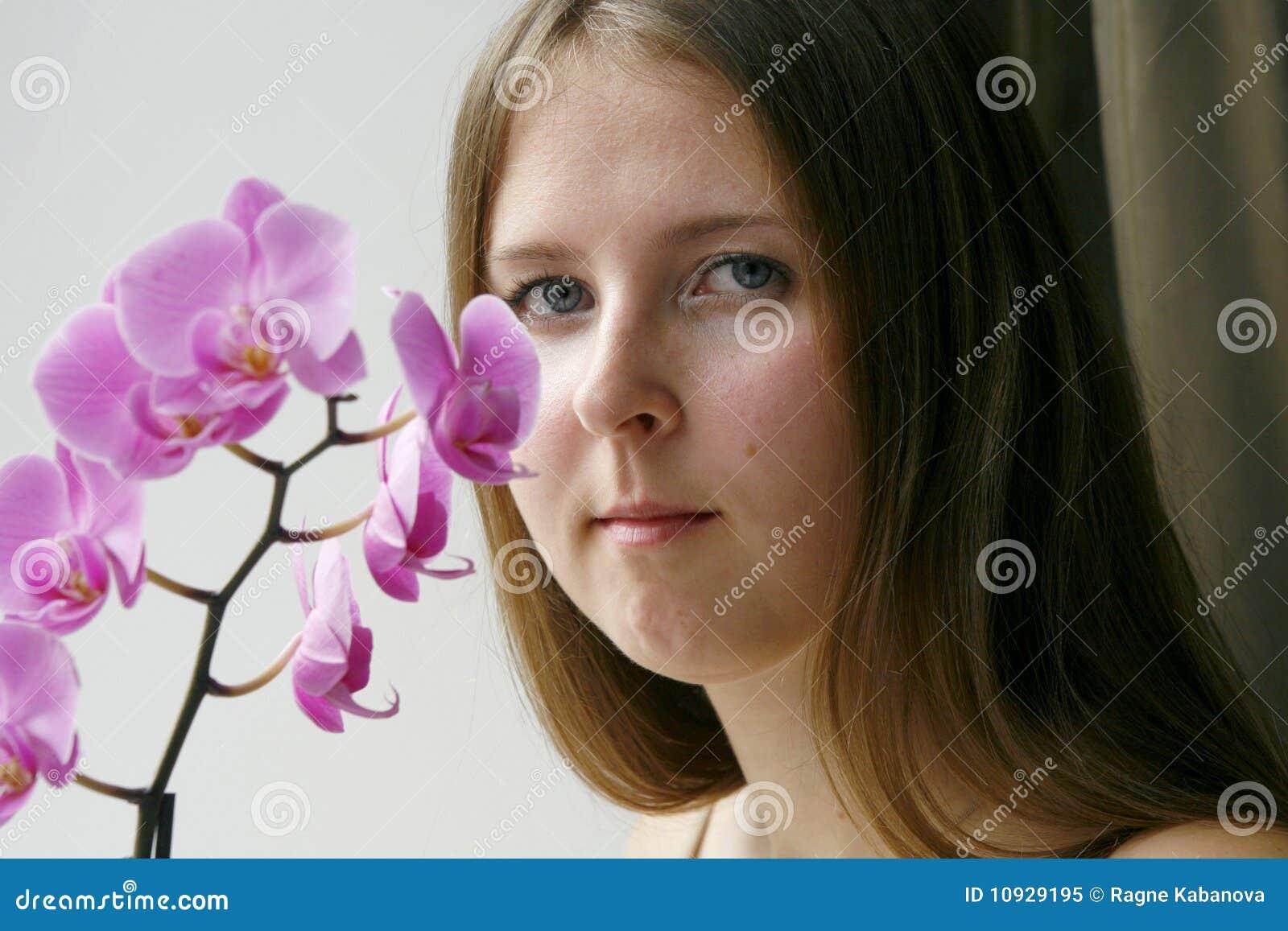милый пурпур орхидеи девушки