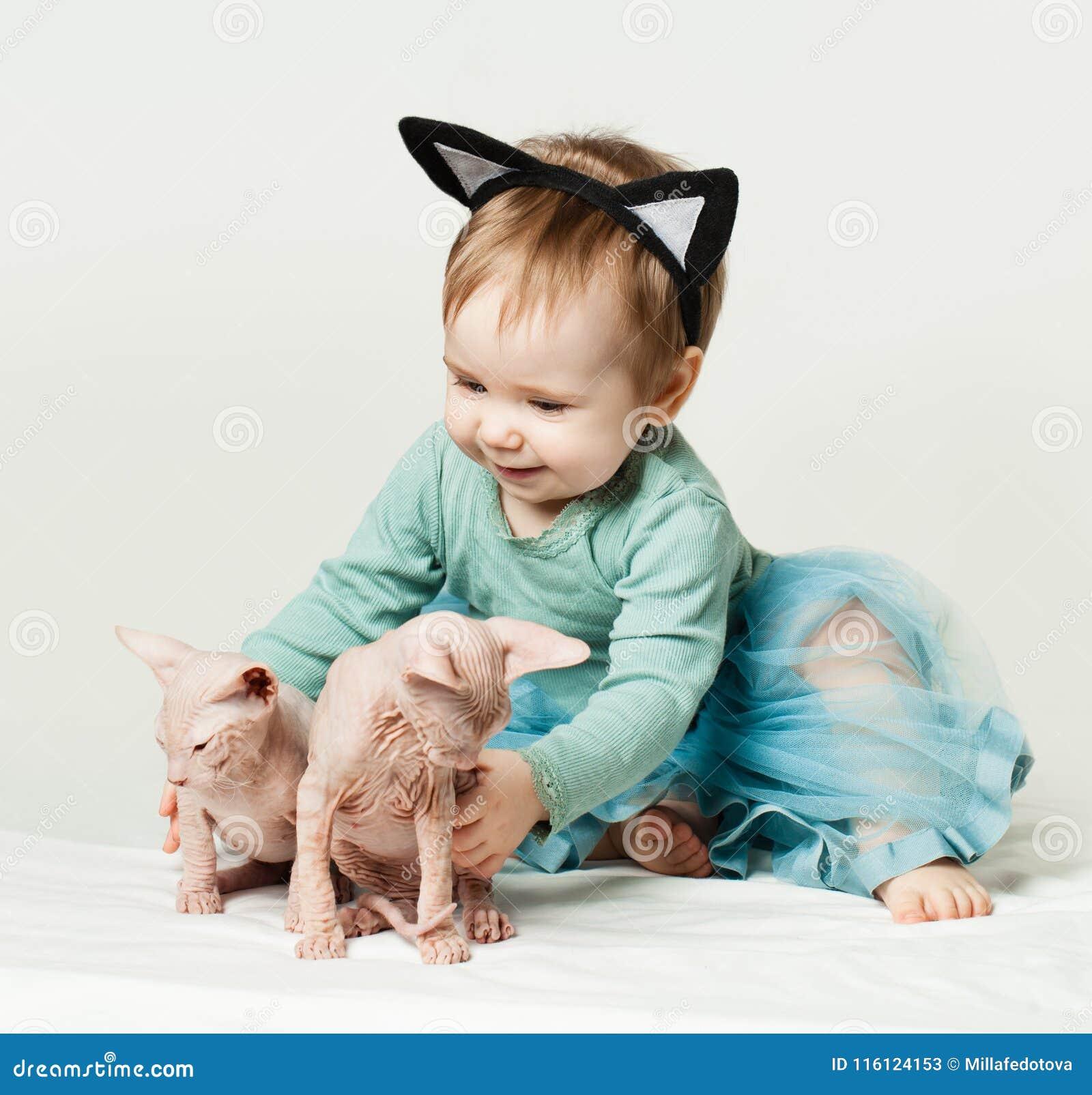 Милый ребёнок с котятами