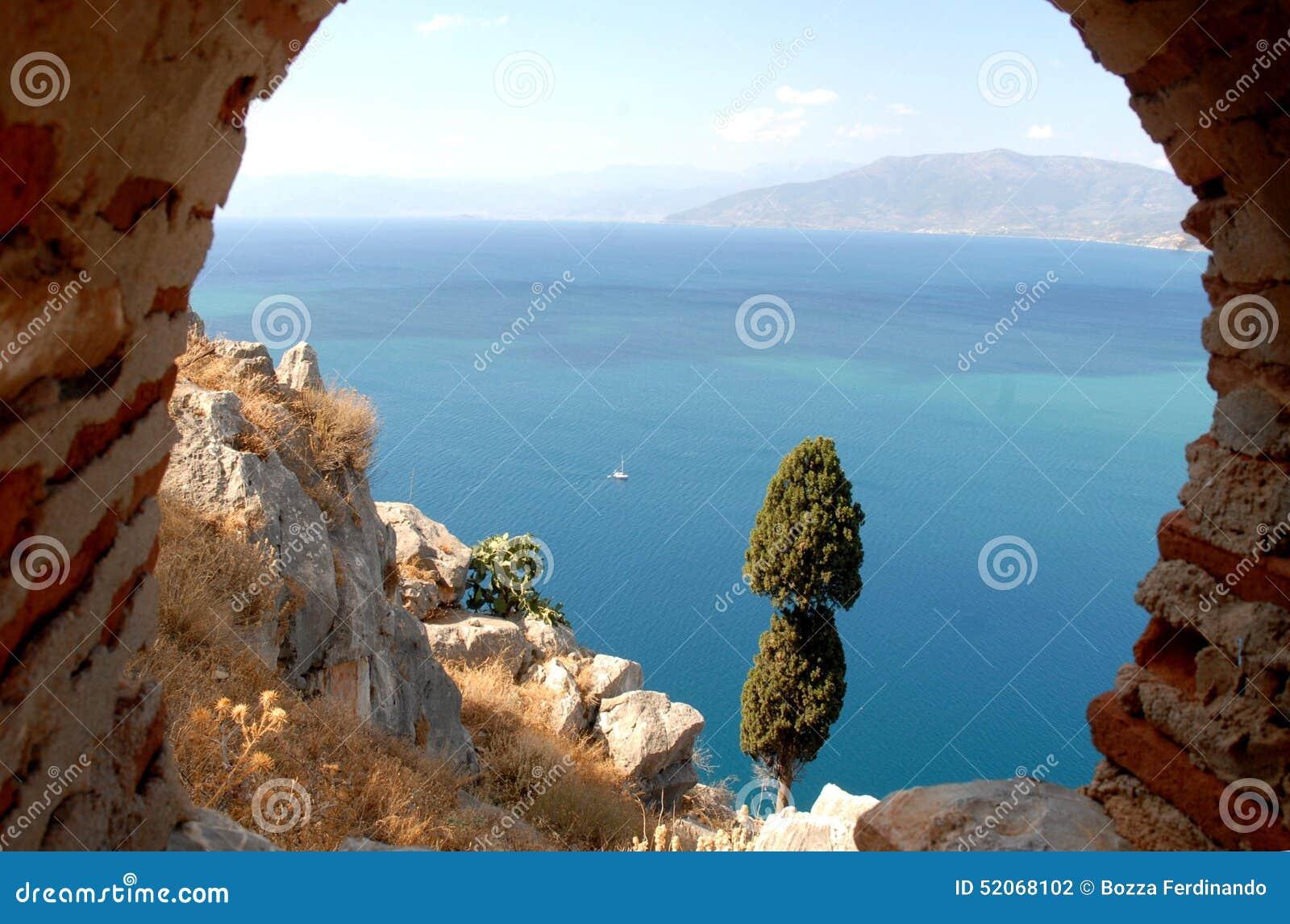 Мимолётный взгляд моря от стен Palamidi