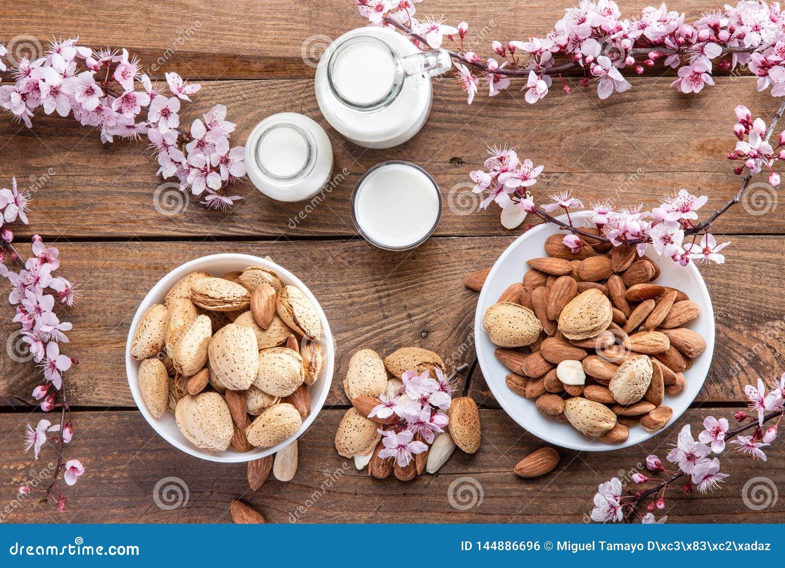 миндалины, цветки миндалины и молоко миндалины
