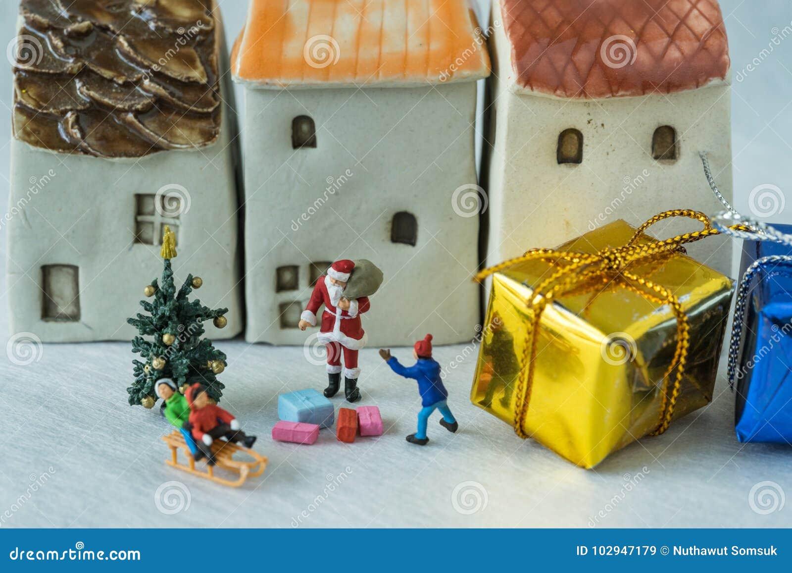 Миниатюрная диаграмма давать Санта Клауса присутствующий к счастливым wi детей