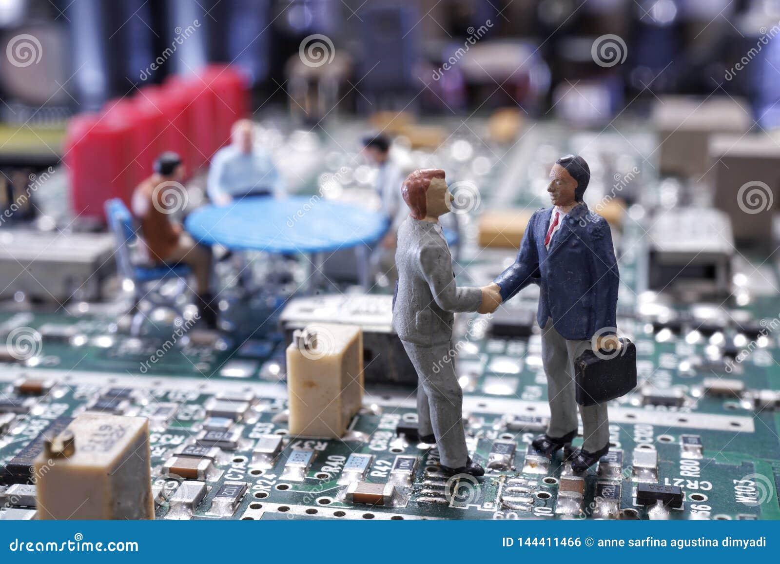 Миниатюрное рукопожатие бизнесмена