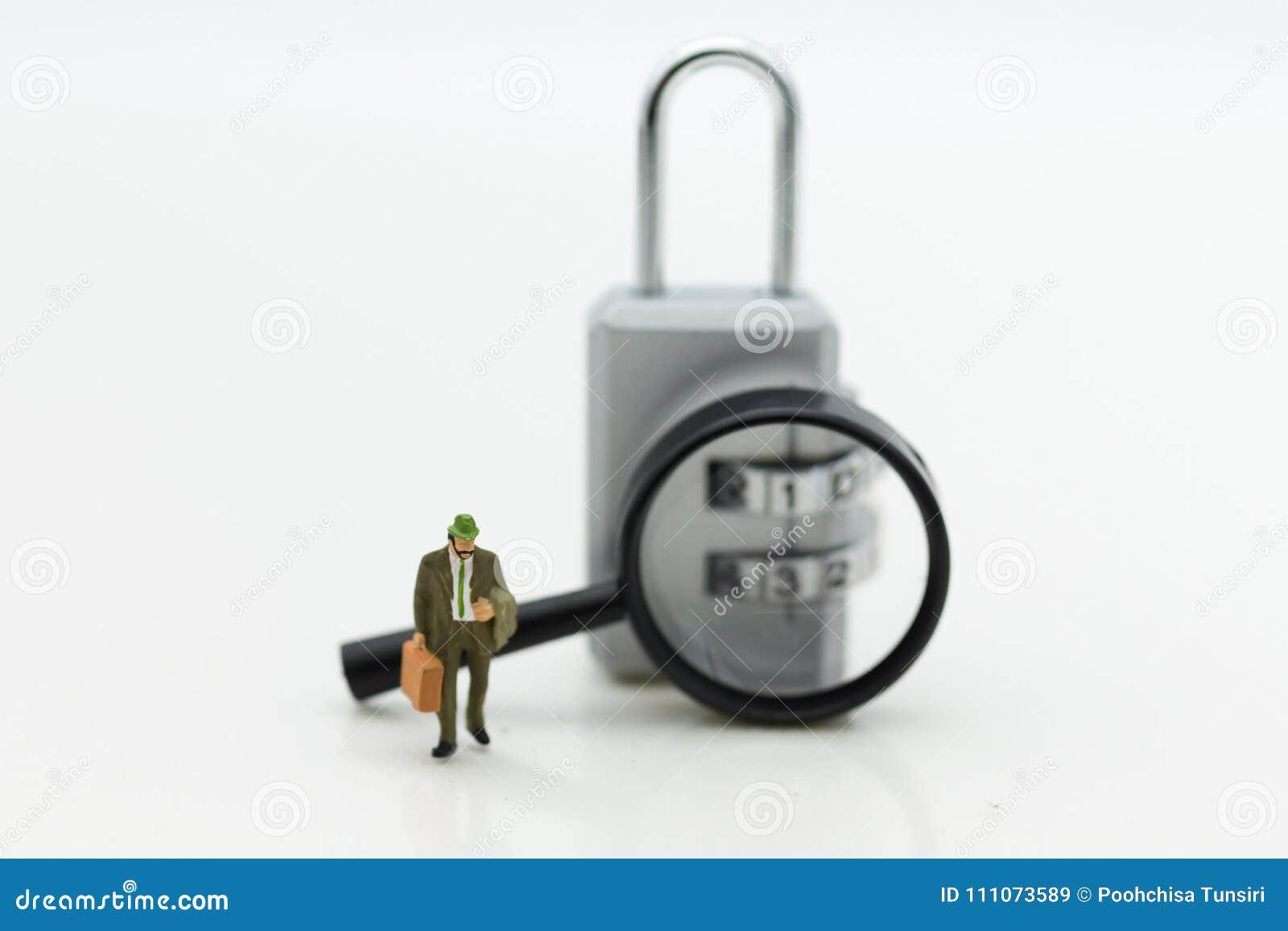 Миниатюрные люди: Бизнесмен с зашифрованием лупы и ключа для всех замков Польза изображения для системы безопасности предпосылки
