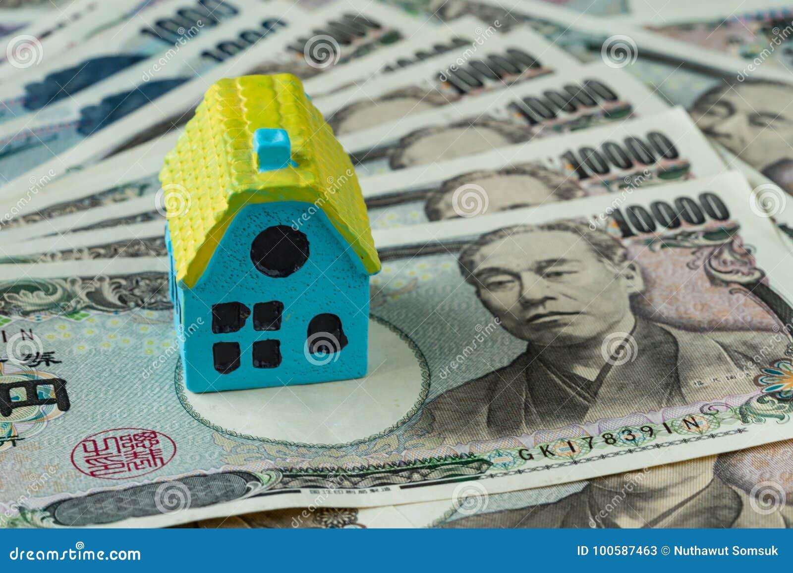 Миниатюрный дом на куче банкнот японских иен как недвижимость
