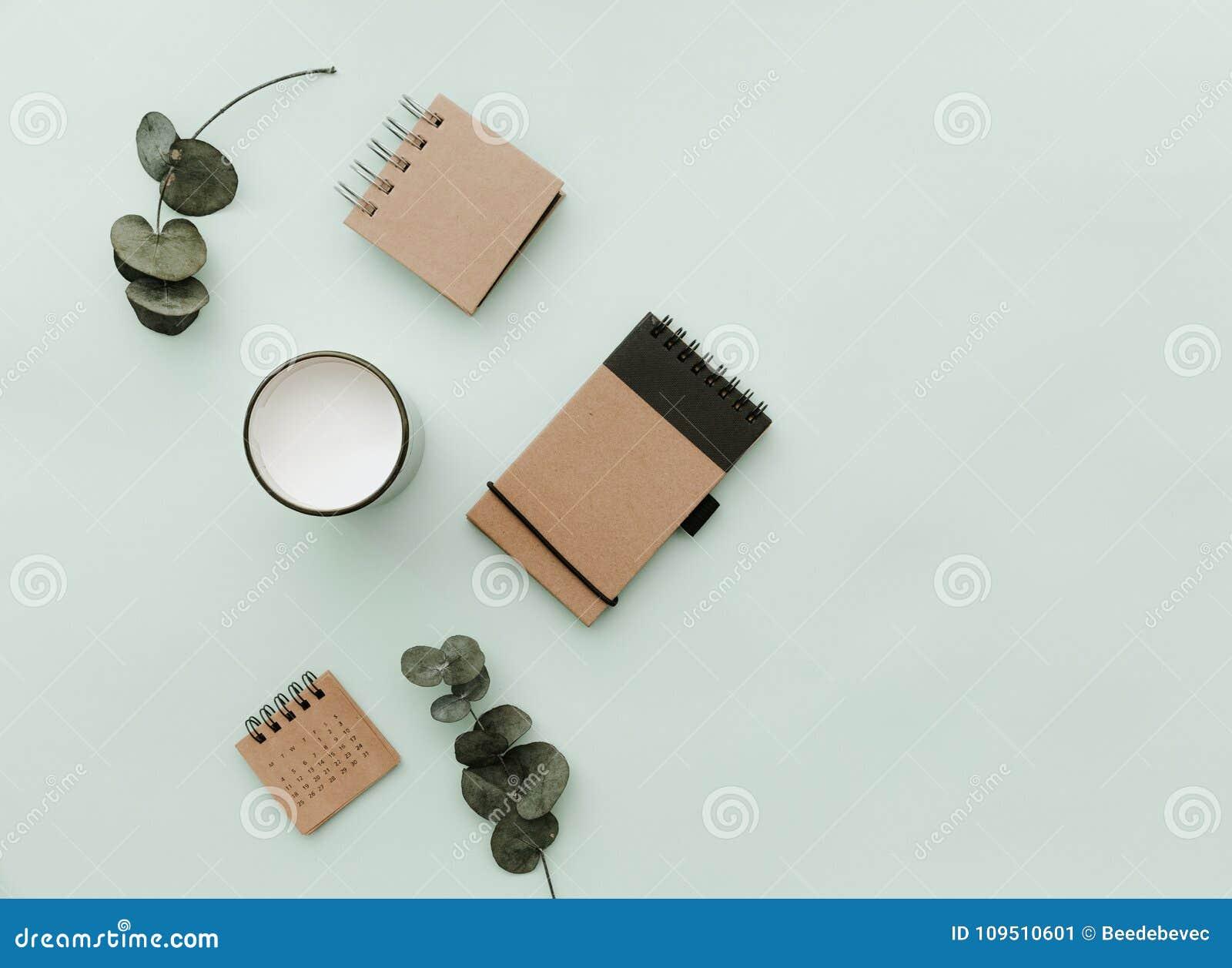 Минималистский образ жизни для вебсайта, маркетинга, социальные средства массовой информации с eco производит тетрадь