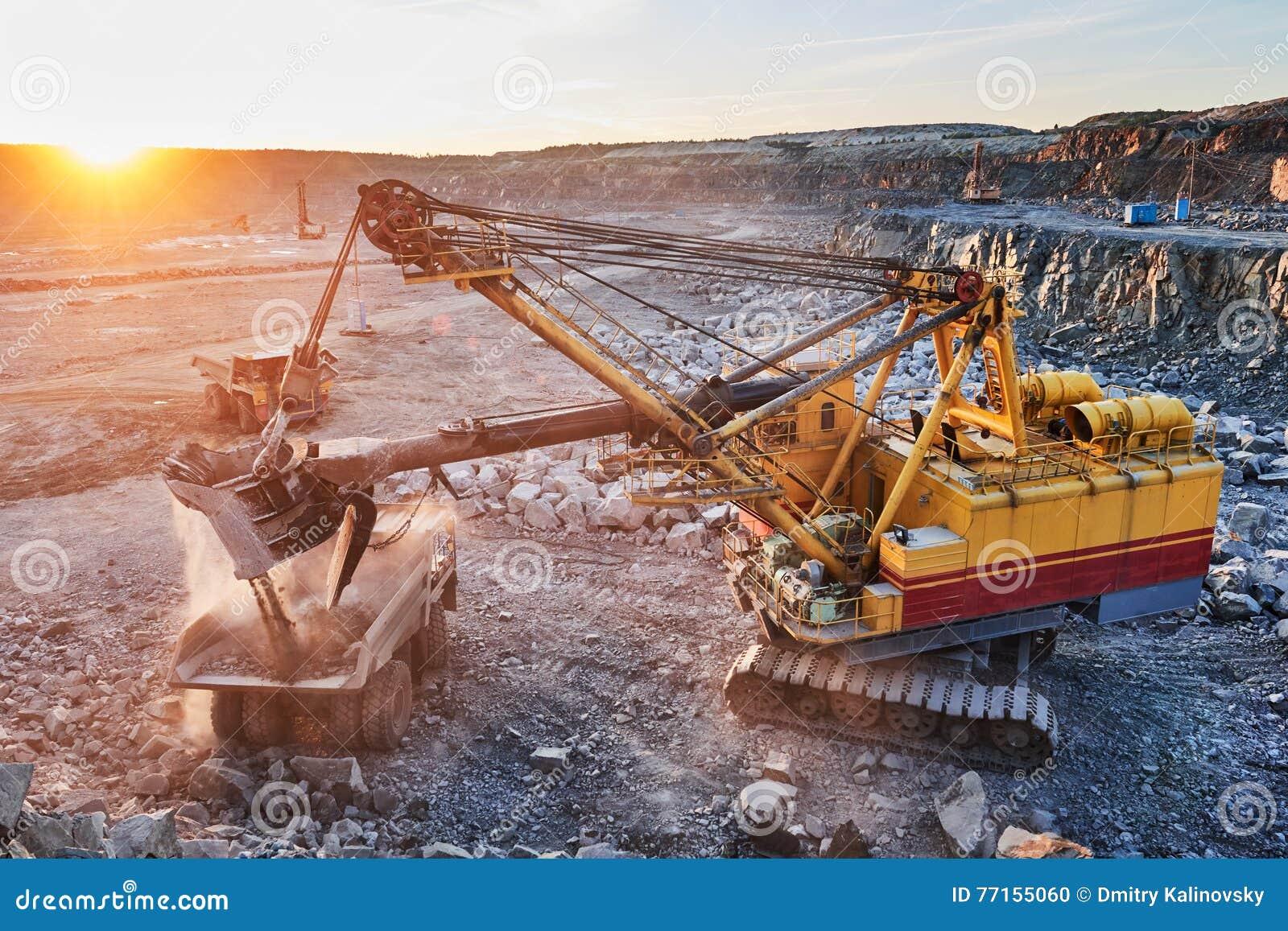 минирование гранит или руда загрузки экскаватора в самосвал