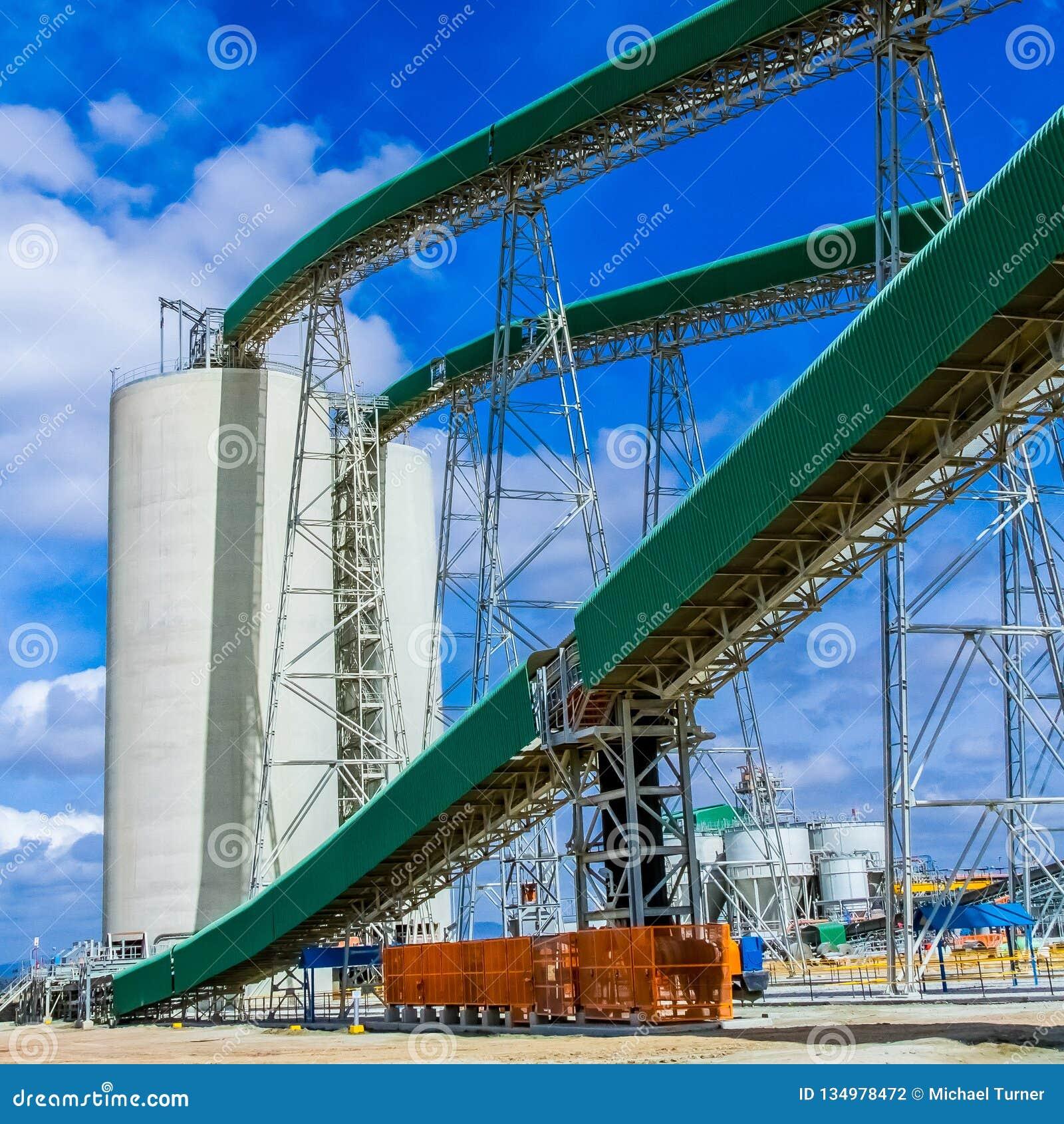 Минирование платины и обрабатывать руды, конвейерной ленты транспортируя tock руды богатое к силосохранилищам хранения