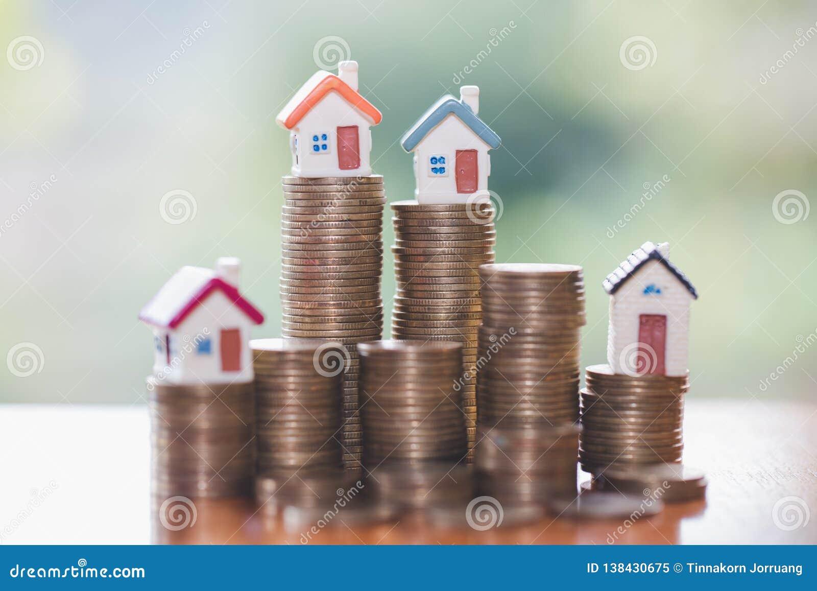 Мини дом на стоге монеток, вкладе недвижимости, сохраняет деньги с вкладом монетки стога, роста дела и финансовым,
