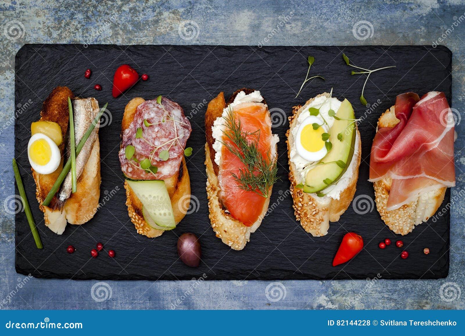 Мини комплект еды сандвичей Brushetta или подлинные традиционные испанские тапы для таблицы обеда Очень вкусная закуска, закуска,
