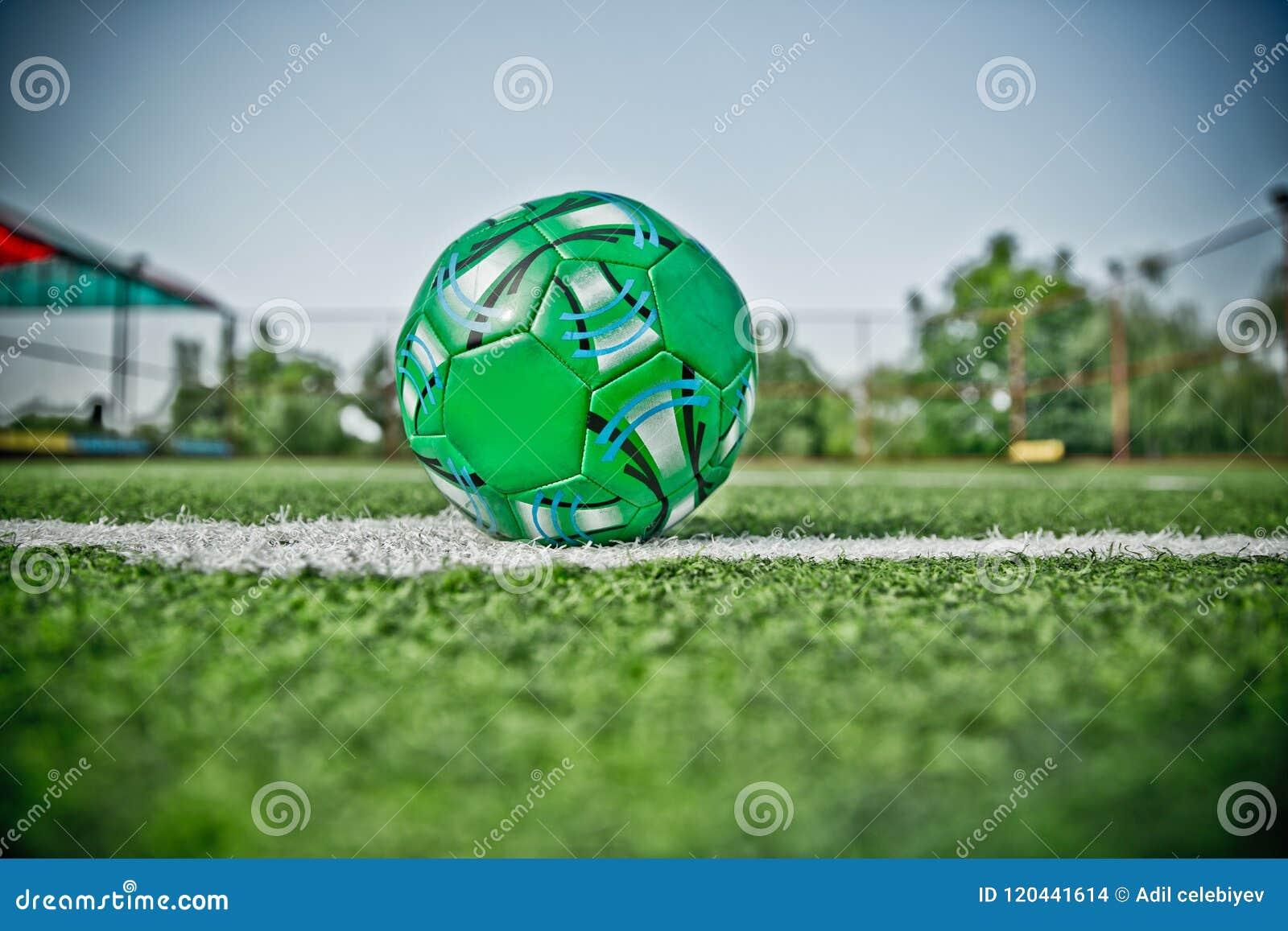 Мини цель футбола на искусственной траве Внутри крытого футбольного поля Мини футбольный мяч фото hdr