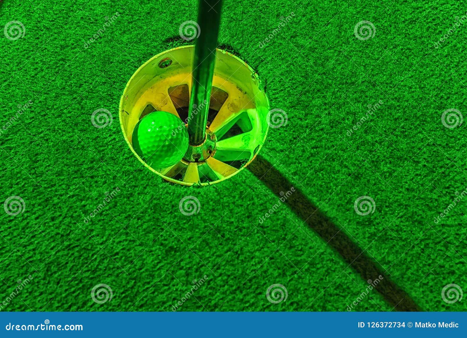 Мини шар для игры в гольф внутри отверстия