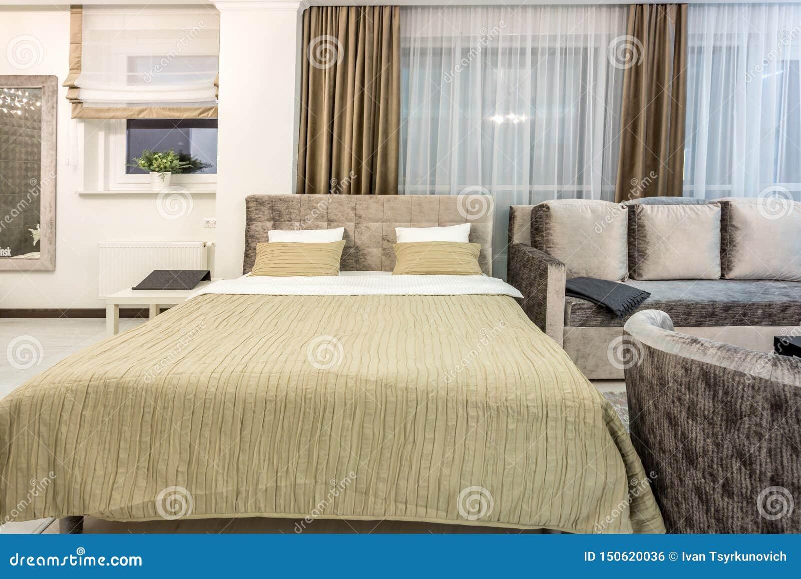 МИНСК, БЕЛАРУСЬ - ДЕКАБРЬ 2018: Двуспальная кровать с подушками в интерьере современной спальни в квартире просторной квартиры в