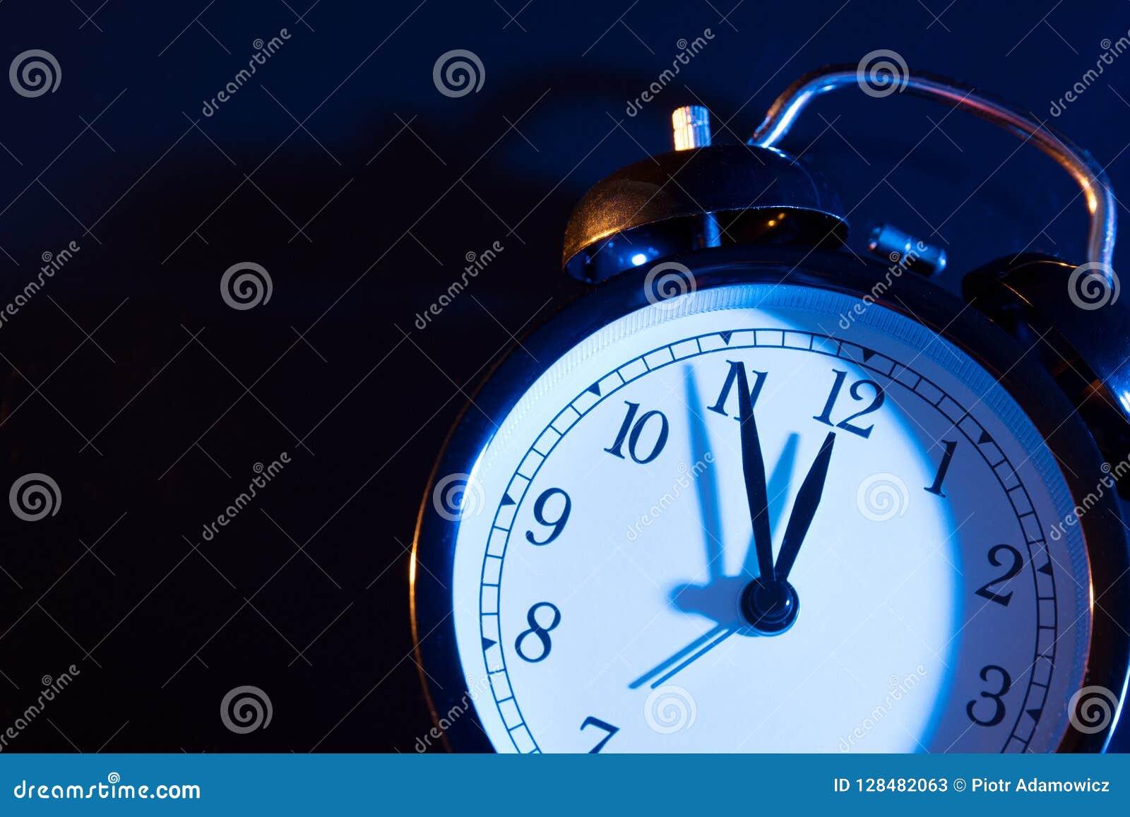 5 минут к полночи на ретро сетноых-аналогов часах