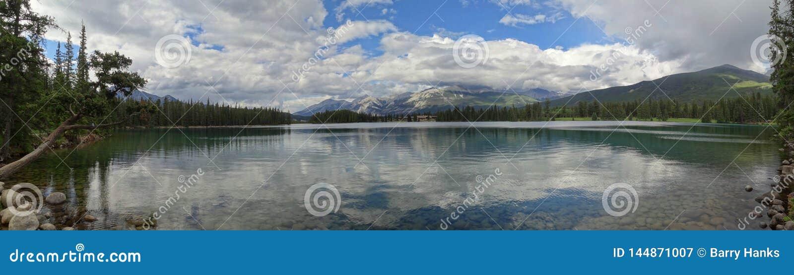 Мирный и спокойный Lac Beauvert, с величественным держателем Мерлином на заднем плане
