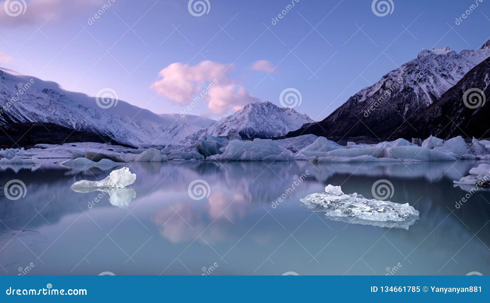 Мирный ландшафт горы льда, ледника, озера и снега в Новой Зеландии