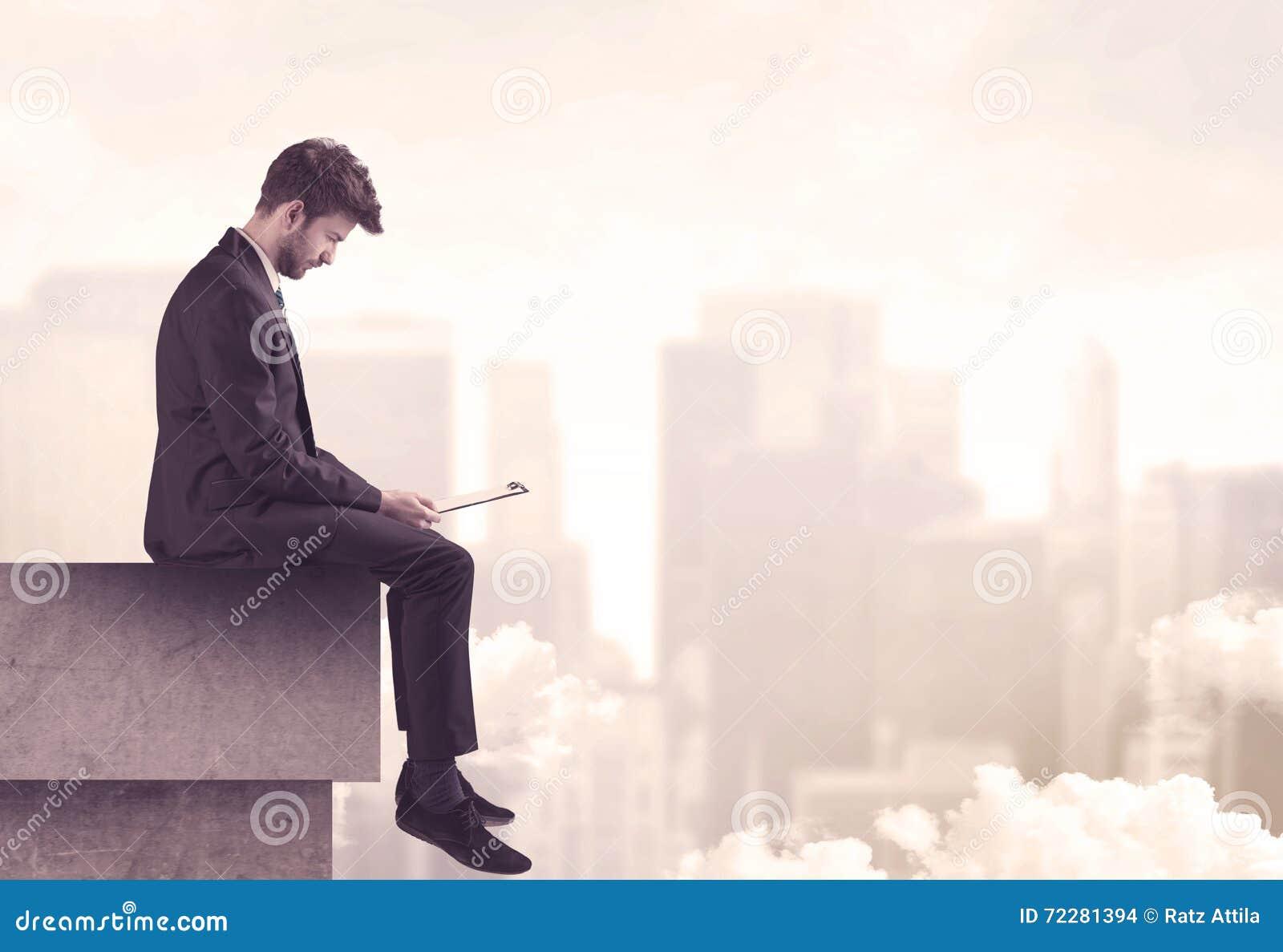 Download Мирный парень продаж сидя на верхней части крыши Стоковое Фото - изображение насчитывающей портрет, concept: 72281394
