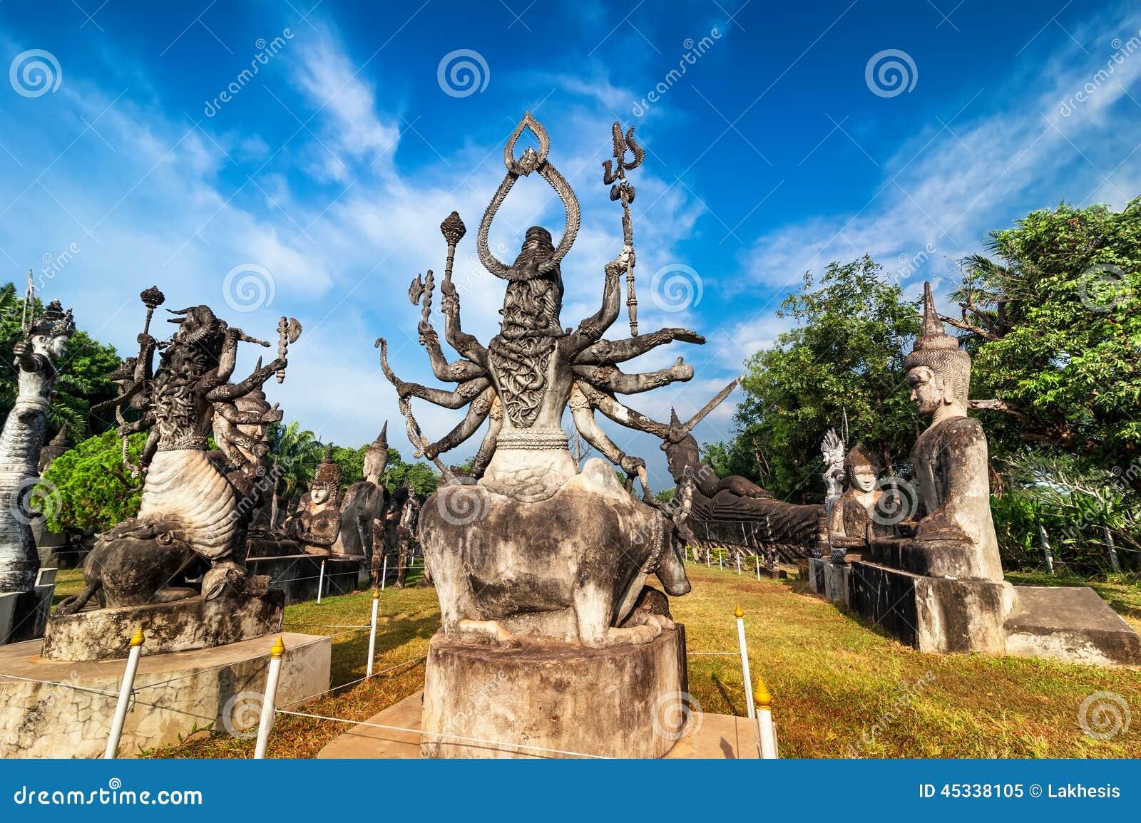 Мифология и религиозные статуи на Wat Xieng Khuan Будде паркуют