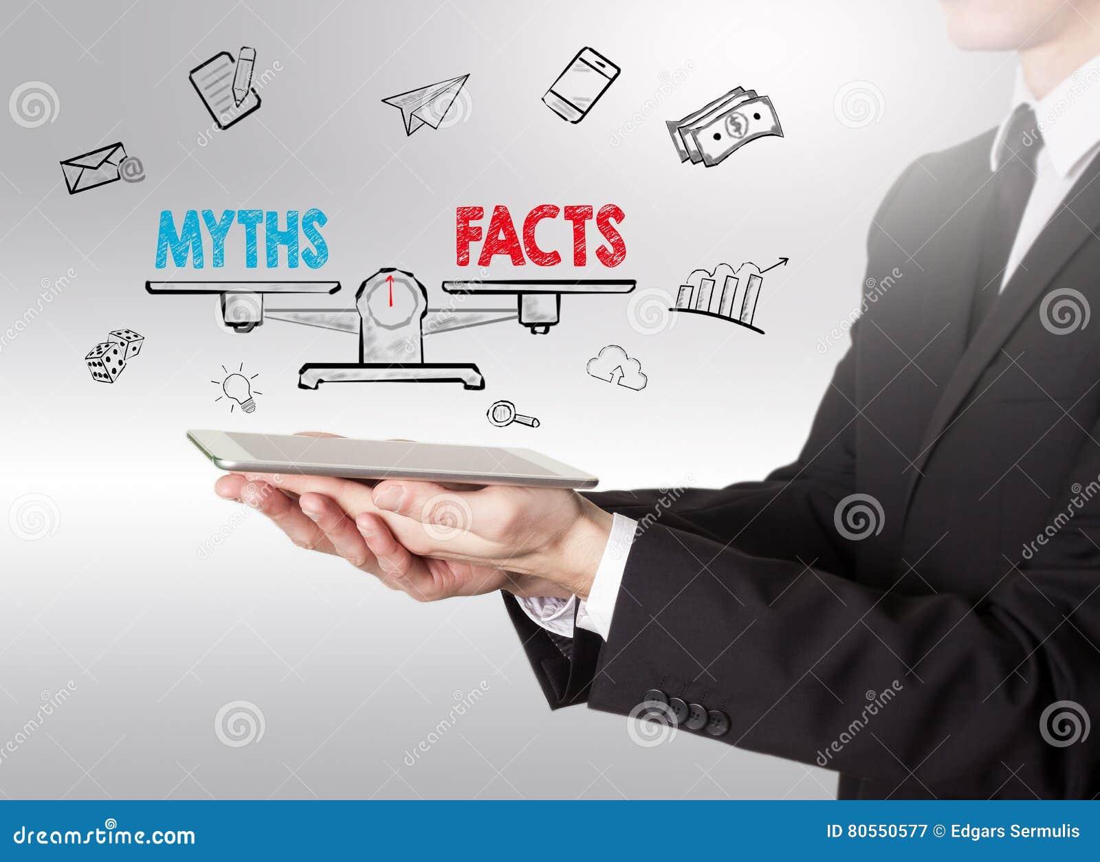 Мифы против фактов балансируют, молодой человек держа планшет