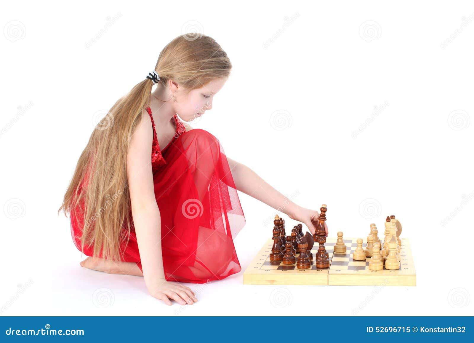 Милая девушка 9 лет старой игры в шахмат