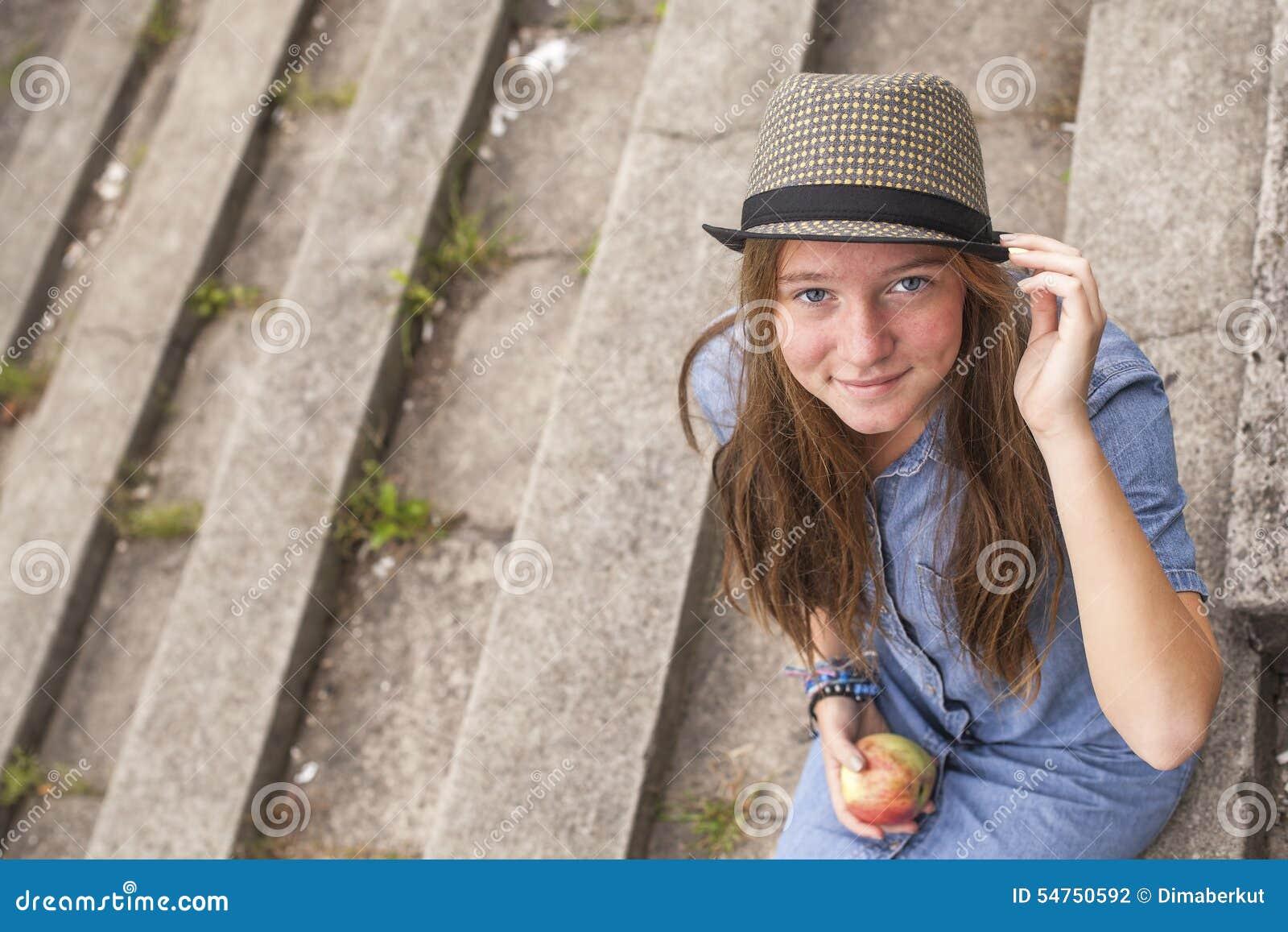 девушка с верху на камеру