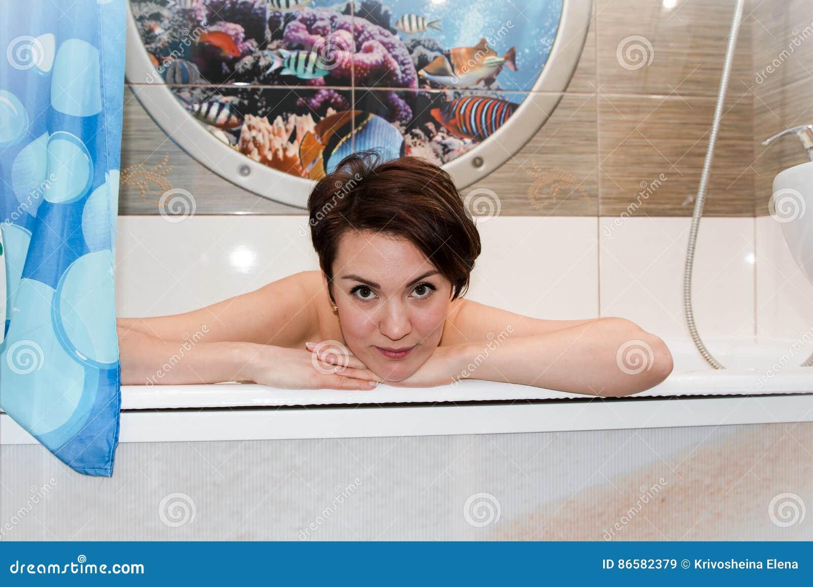 Девушка воде с длинными волосами в ванне