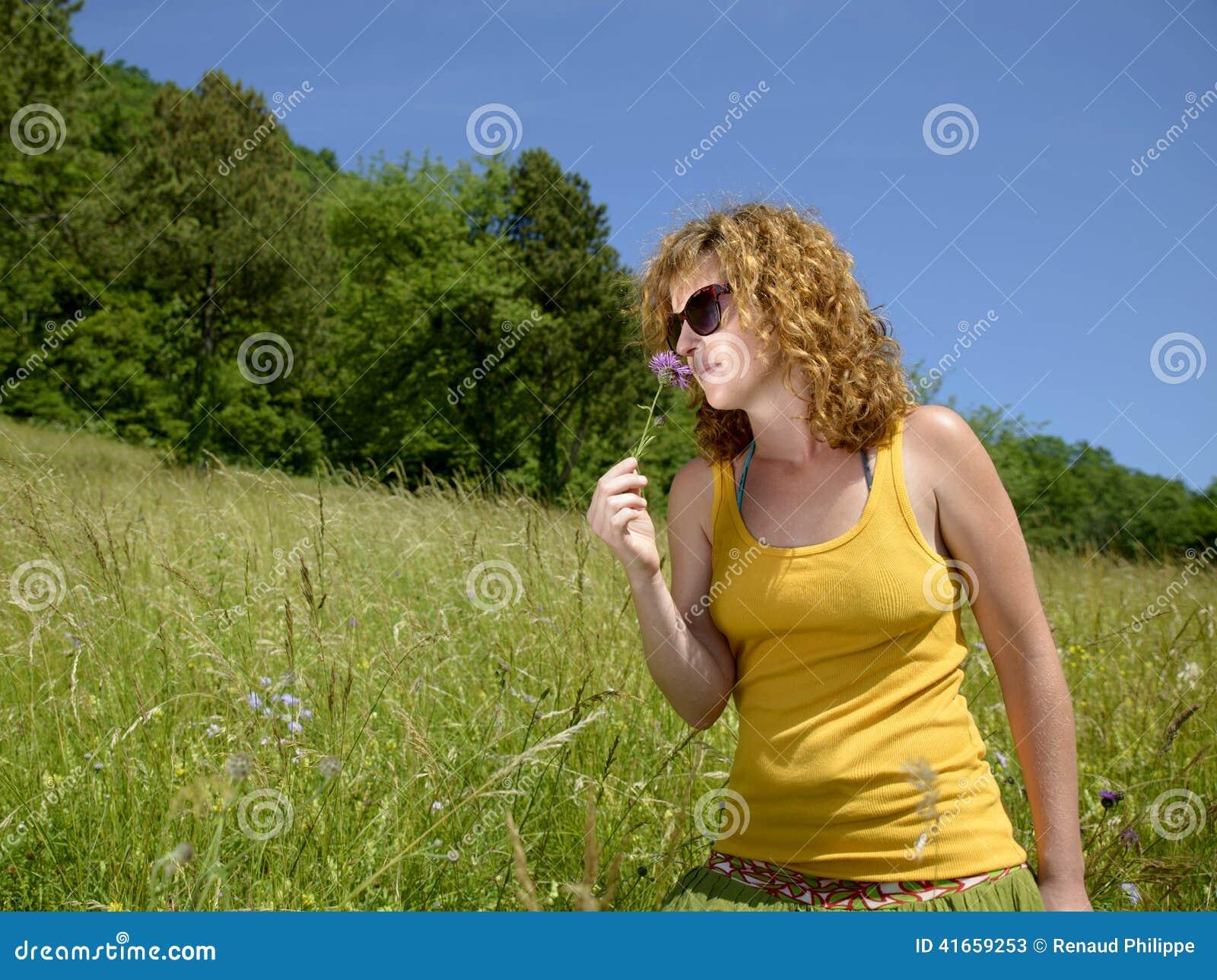 Милая девушка redhead с цветком