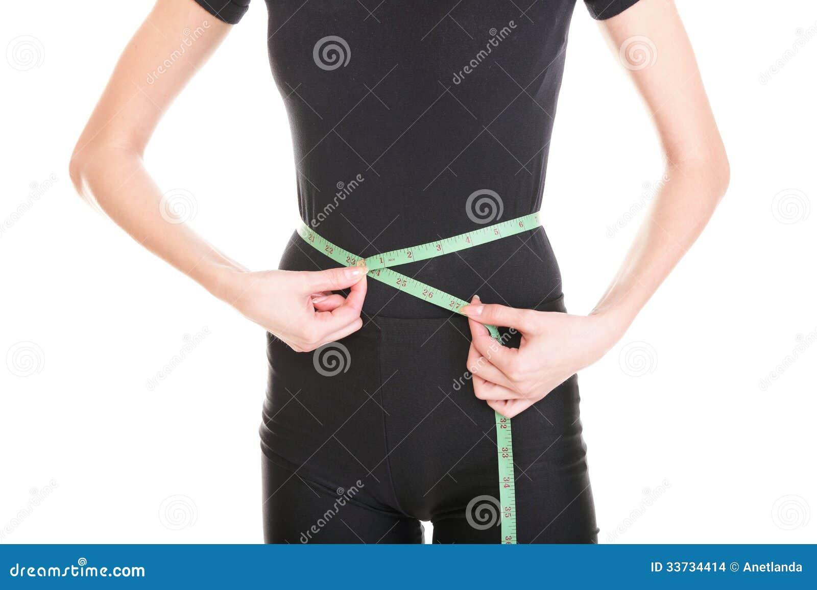 Милая женщина показывает ее изолят лент измерения потери веса нося